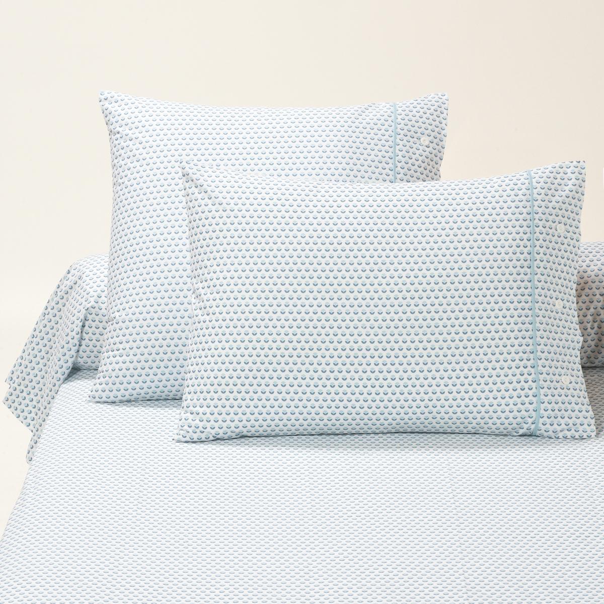 Наволочки на подушку и наволочка на подушку-валик, RICHMONDНаволочки на подушку в форме мешка (квадратная и прямоугольная) и наволочка на подушку-валик Richmond с цветочным микрорисунком, в строгом, изящном и легком стиле. Сочетается с постельным бельем Portland и Newport. Характеристики наволочек на подушку и наволочки на подушку-валик Richmond :- Цветочный микрорисунок синего цвета на белом фоне.- Застежка на пуговицы. Finition biais bleu.- 100% хлопка (57 нитей/см?). Чем больше плотность переплетения нитей/см?, тем качественнее материал.- Сохраняет цвет при стирке при 60 °C.- Знак Oeko-Tex® гарантирует, что товары протестированы и сертифицированы, не содержат вредных веществ, которые могли бы нанести вред здоровью.Соотношения размеров наволочек на подушку и наволочки на подушку-валик :50 x 70 см : прямоугольная наволочка63 x 63 см : квадратная наволочка85 x 185 см : наволочка на подушку-валикОткройте для себя всю коллекцию постельного белья, нажав RICHMOND<br><br>Цвет: синий/ белый<br>Размер: 50 x 70  см