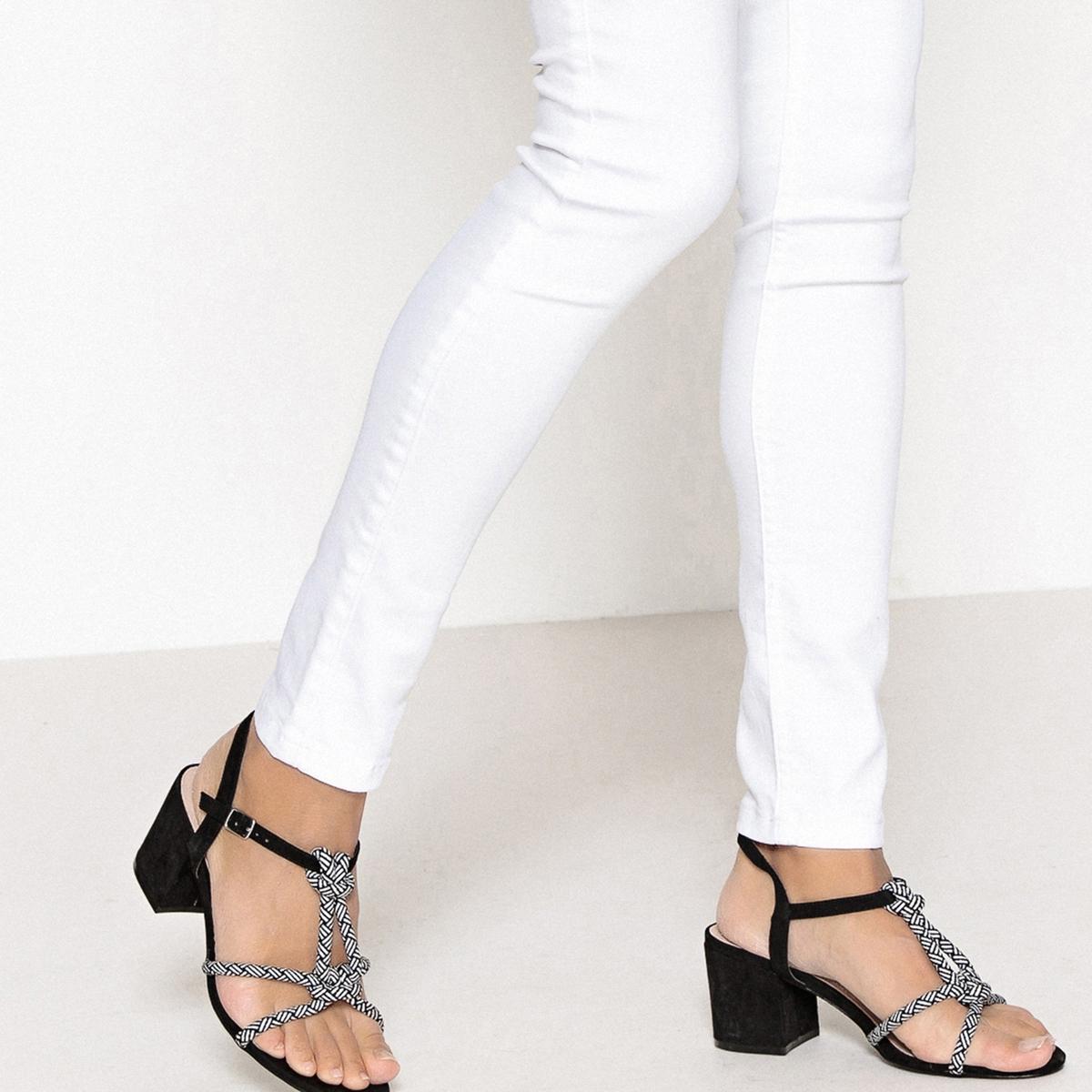 Sandálias com presilha e cordão