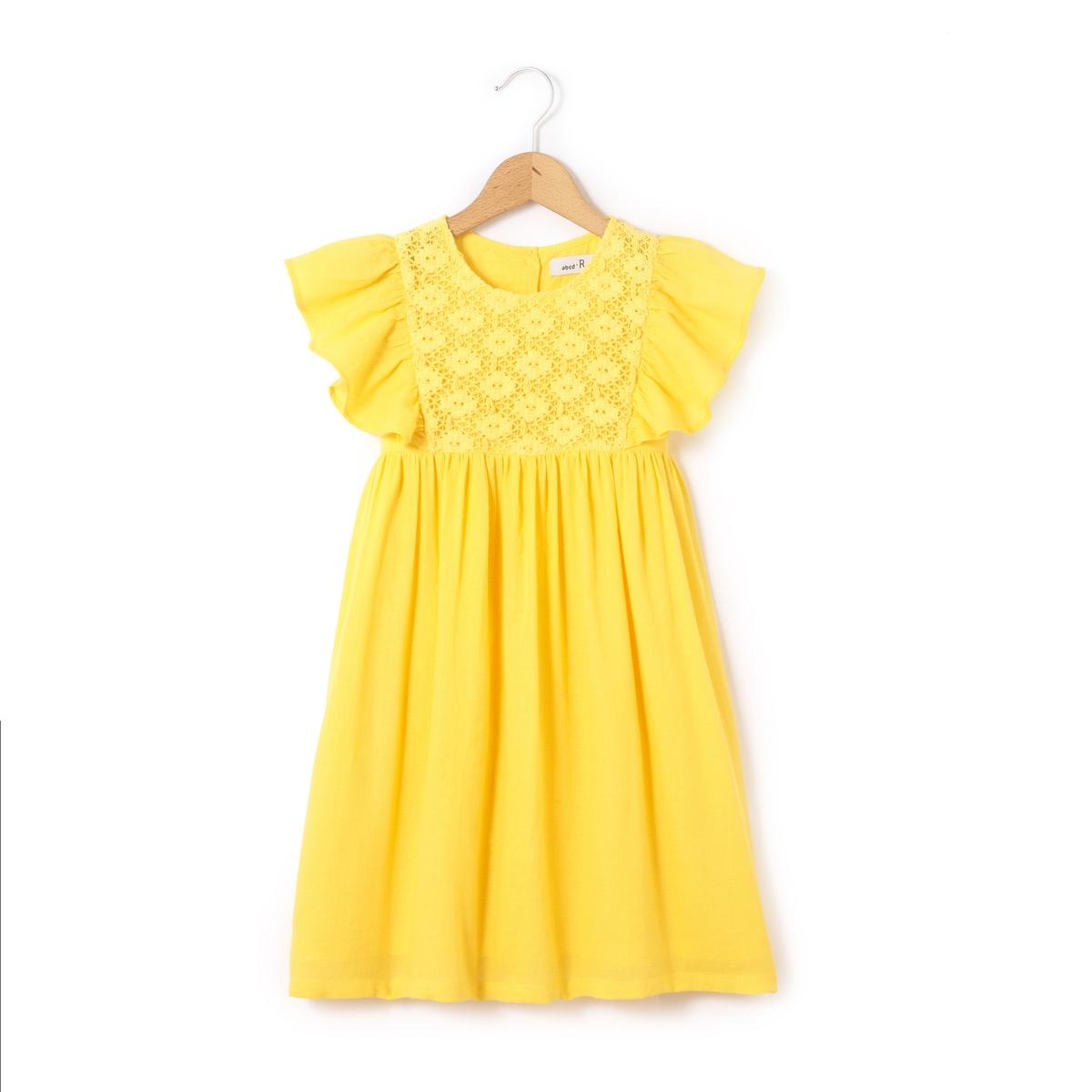 Платье однотонное средней длины, расширяющееся книзу, без рукавов