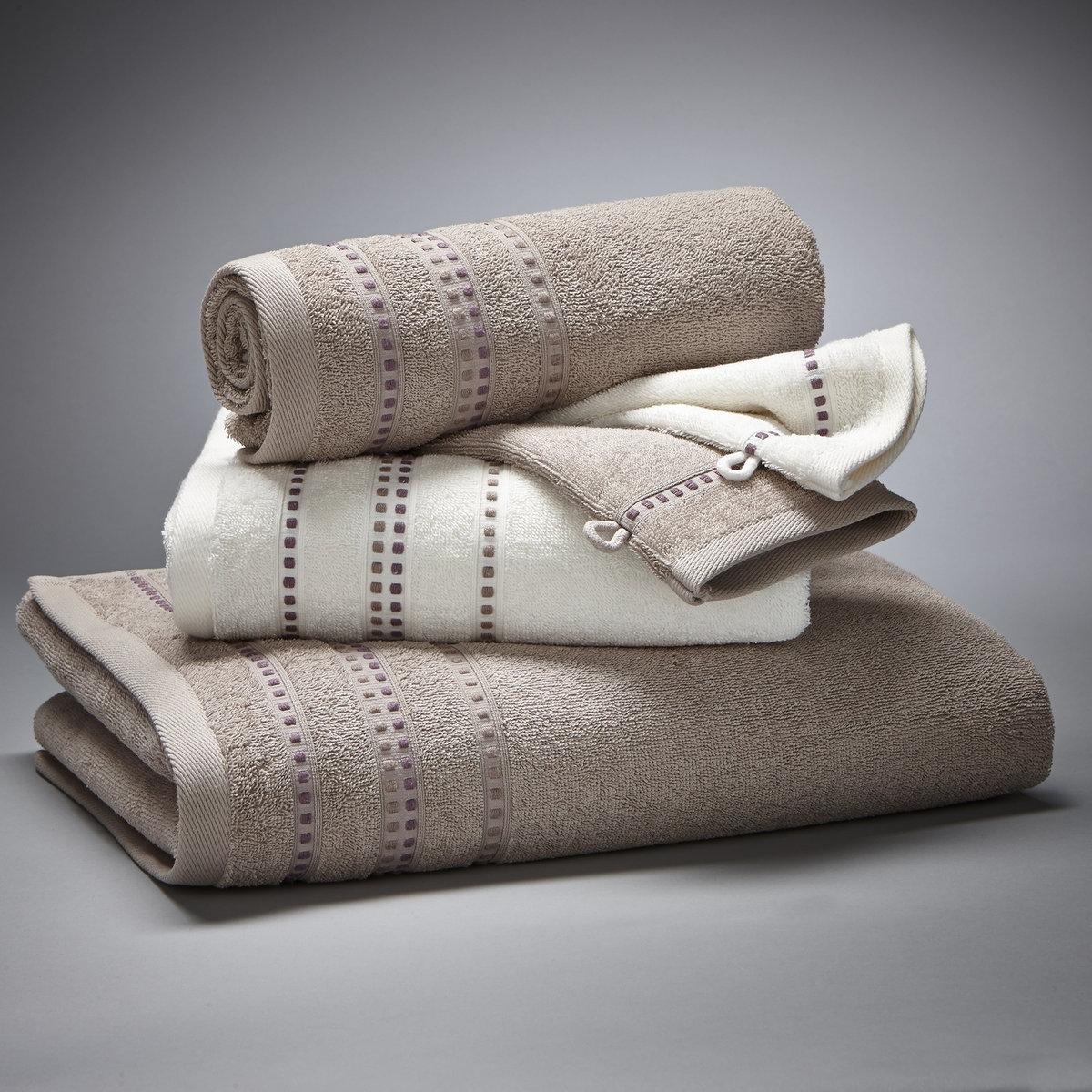 Комплект для ванной, 420 г/м?Комплект из 5 предметов: 1 банное полотенце, 2 стандартных полотенца и 2 банные рукавички. Все предметы прекрасно сочетаются между собой. Роскошь и изыск для Вашей ванной.Комплект с каймой из вискозной нити:- 1 однотонное банное полотенце размером 70 x 130 см- 2 стандартных полотенца (1 белое и 1 цветное) размером 50 x 90 см- 2 банные рукавички (1 белая и 1 цветная) размером 15 x 21 см.Махровая ткань из 100% хлопка, 420 г/м?.Материал долго сохраняет мягкость и прочность. Превосходная стойкость цвета при стирке 60°.Машинная сушка.<br><br>Цвет: бежевый