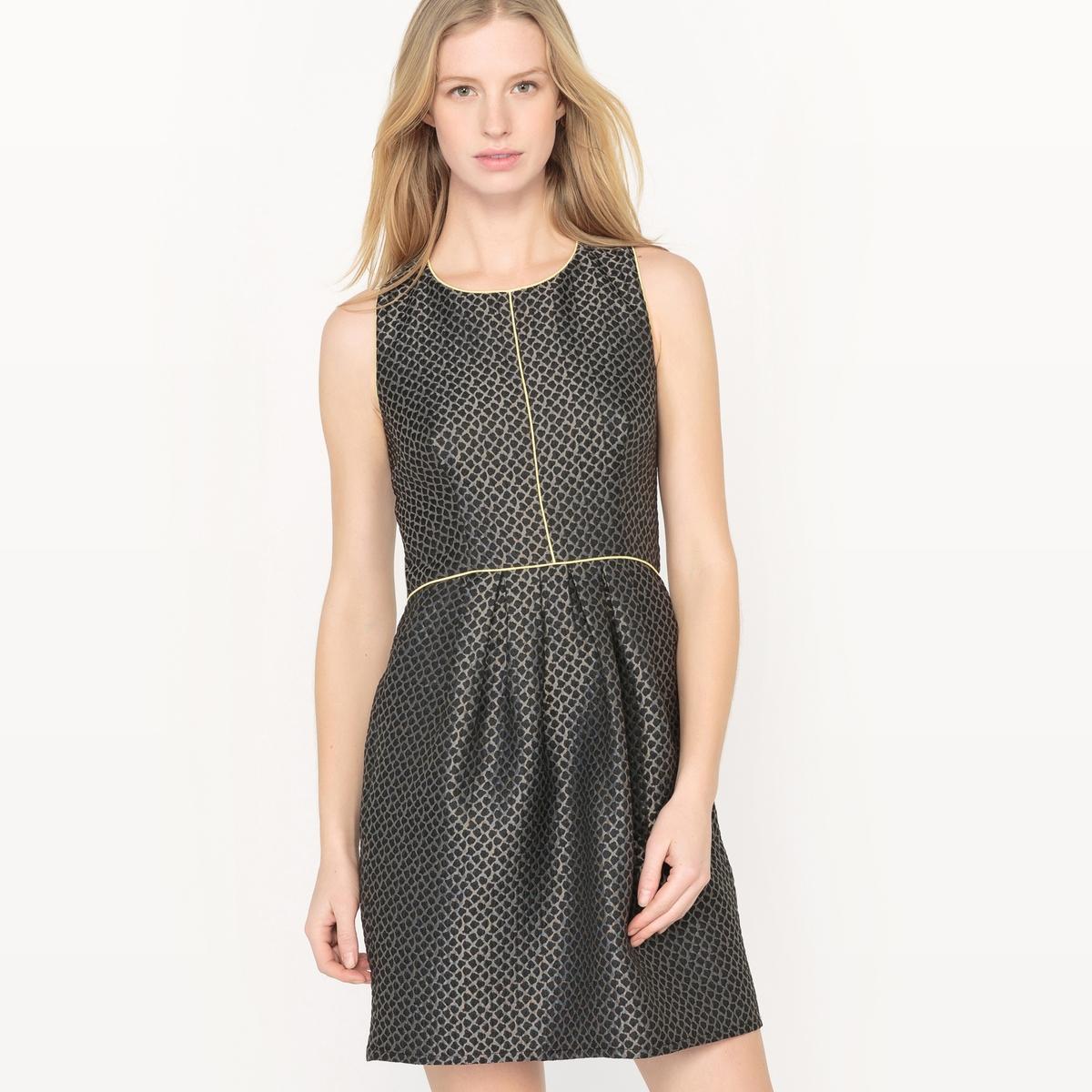 Dopasowana sukienka z błyszczącego żakardu