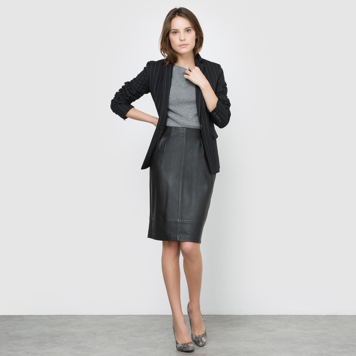 Жакет костюмный в полоскуЖакет костюмный в полоску. Костюмный воротник с небольшими отворотами. Застежка на пуговицу . Длинные рукава и манжеты с застежкой на пуговицы. 2 прорезных кармана с клапаном. На подкладке. Состав и описаниеМарка : Atelier RДлина : 65 смМатериал : Куртка 80% полиэстера, 18% вискозы, 2% эластана - Подкладка 100% полиэстераУходСухая чистка Гладить при низкой температуре с изнаночной стороны<br><br>Цвет: в полоску<br>Размер: 50 (FR) - 56 (RUS).48 (FR) - 54 (RUS).44 (FR) - 50 (RUS).42 (FR) - 48 (RUS)