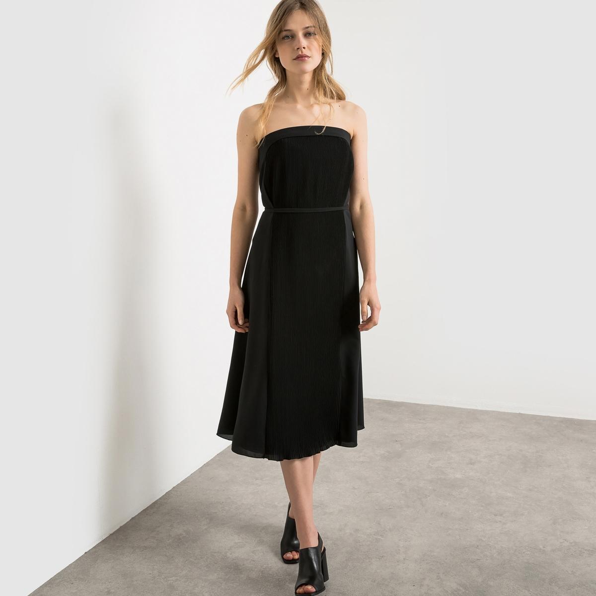 Платье длинноеДлинное платье на регулируемых и съемных бретелях . Полочка платья спереди с плиссировкой . Скрытая застежка на молнию сбоку. Встроенный лиф .Состав и описание : Материал: 97% полиэстера, 3% эластанаПодкладка 100% полиэстера Длина  120 см Марка  Carven для La Redoute Уход :Машинная стирка при 30° на деликатном режиме Стирать и гладить с изнанкиМашинная сушка запрещенаГладить на низкой температуреМодный Дом Carven создал для La Redoute весенне-летнюю коллекцию, которая так и манит отправиться в путешествие.Вдохновленная униформой стюардесс, созданной мадам Карвен в 60-е, Алексис Марсьяль и Адриан Кайодо внесли оттенок легкости и воздушности в этот яркий гардероб.Превосходные плиссированные ткани - символ дизайнерского искусства и высокой техники обоих домов моды.<br><br>Цвет: черный
