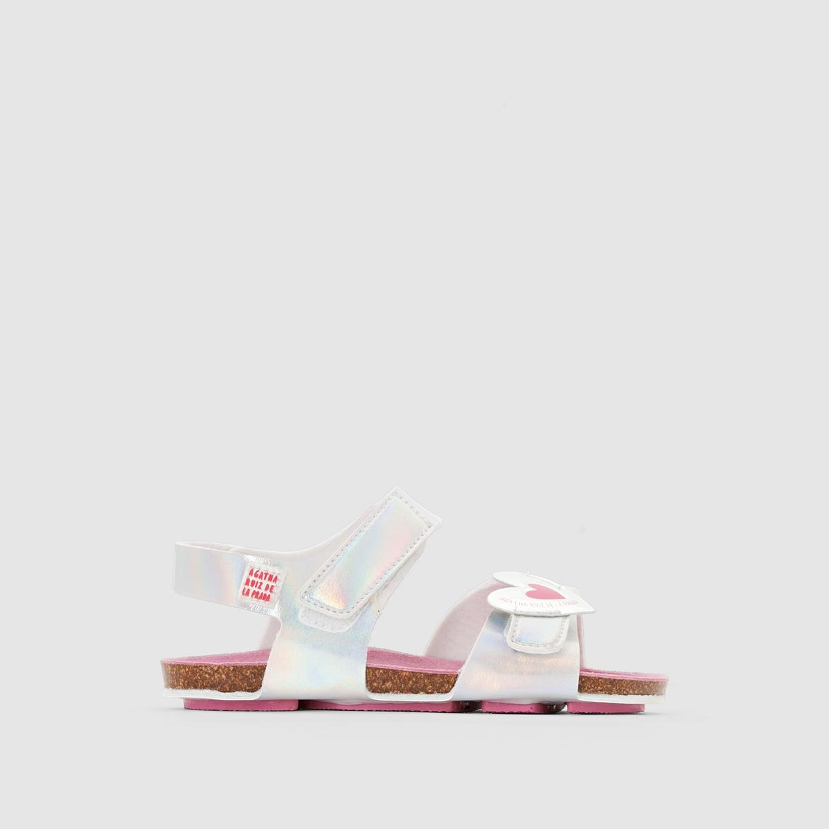 Сандалии открытые AGATHA RUIZ DE LA PRADA BIO CORAZONОчаровательные сандалии, которые легко надевать и снимать благодаря  планкам-велкро и  которые подойдут к любому наряду юной модницы: не оставят  и вас равнодушным!<br><br>Цвет: белый,розовый металлик<br>Размер: 22.23.26