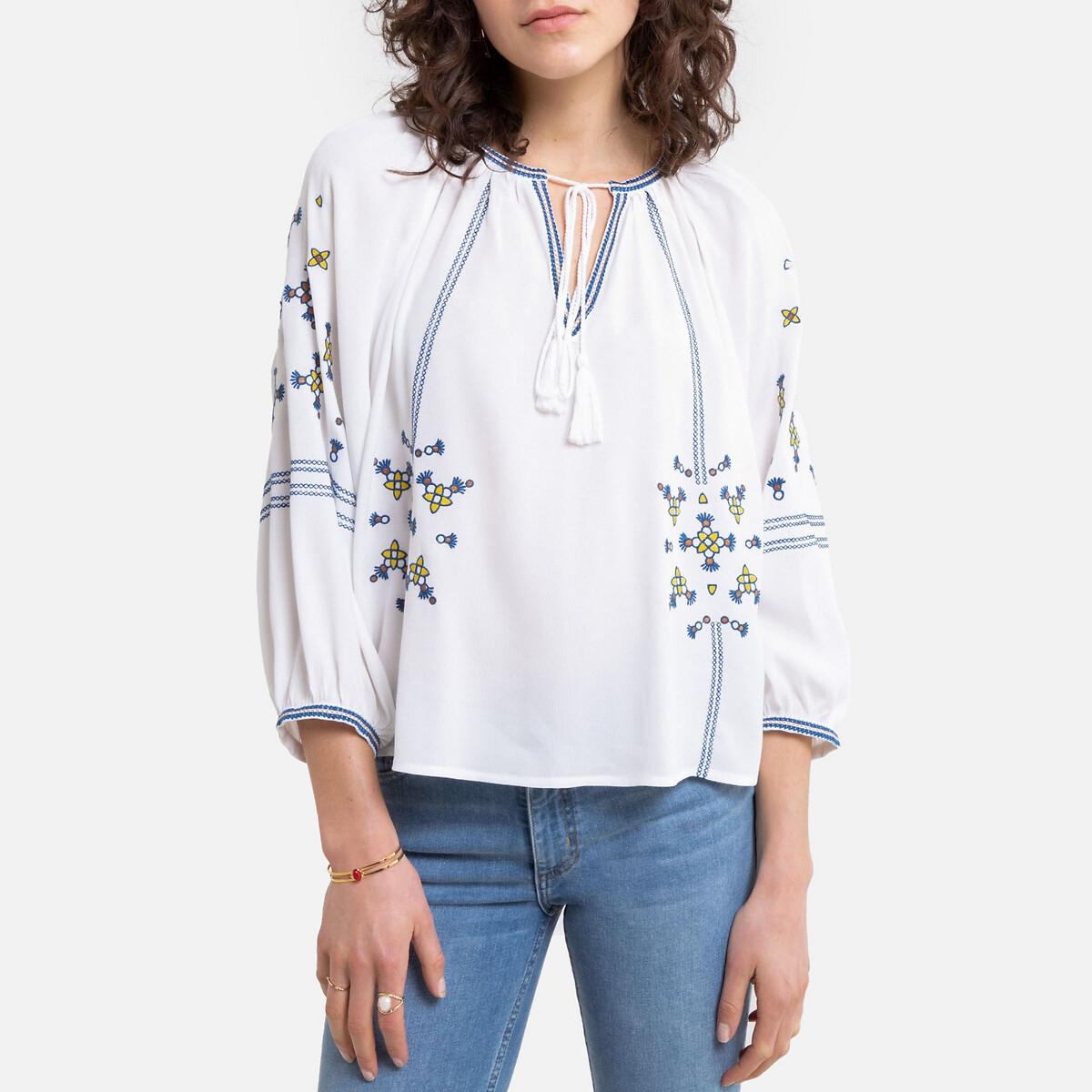 Blusa bordada, decote tunisino, borlas