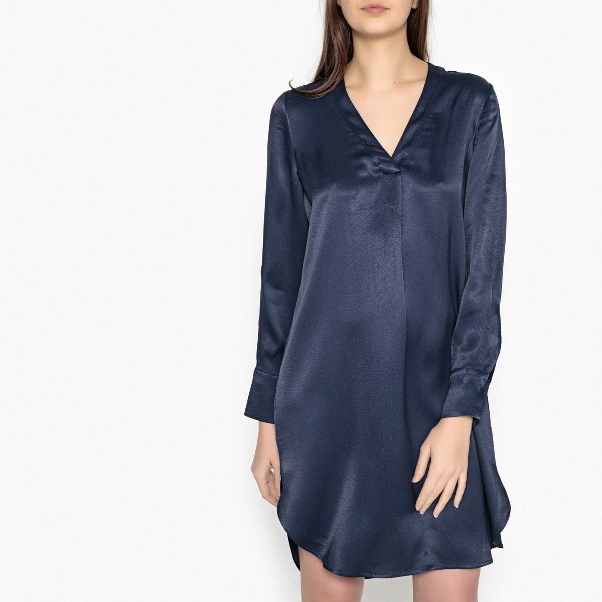 Платье-рубашка с V-образным вырезом из атласной ткани HAMILLОписание:Платье-рубашка с длинными рукавами SAMS?E &amp; SAMS?E - модель HAMILL. Ткань из вискозы, прямые рукава, манжеты на пуговицах. Глубокие складки спереди, закругленный низ.Детали •  Форма : прямая •  Длина до колен •  Длинные рукава    •   V-образный вырезСостав и уход •  100% вискоза •  Следуйте рекомендациям по уходу, указанным на этикетке изделия •  Длина : ок. 96 см. для размера S<br><br>Цвет: темно-синий