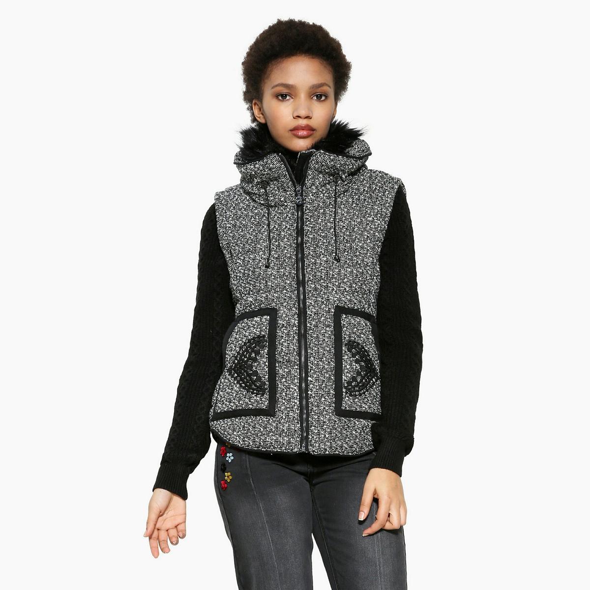 Пальто короткое на молнииОписание:Чтобы выглядеть стильно, выбирайте это пальто на молнии DESIGUAL. Стоячий воротник на подкладке с искусственным мехом. Контрастные рукава из кружева . Спинка и карманы с вышивкой .Детали •  Длина : укороченная   •  Капюшон •  Застежка на молнию •  С капюшономСостав и уход •  7% шерсти, 43% акрила, 50% полиэстера •  Следуйте рекомендациям по уходу, указанным на этикетке изделия<br><br>Цвет: серый/ черный