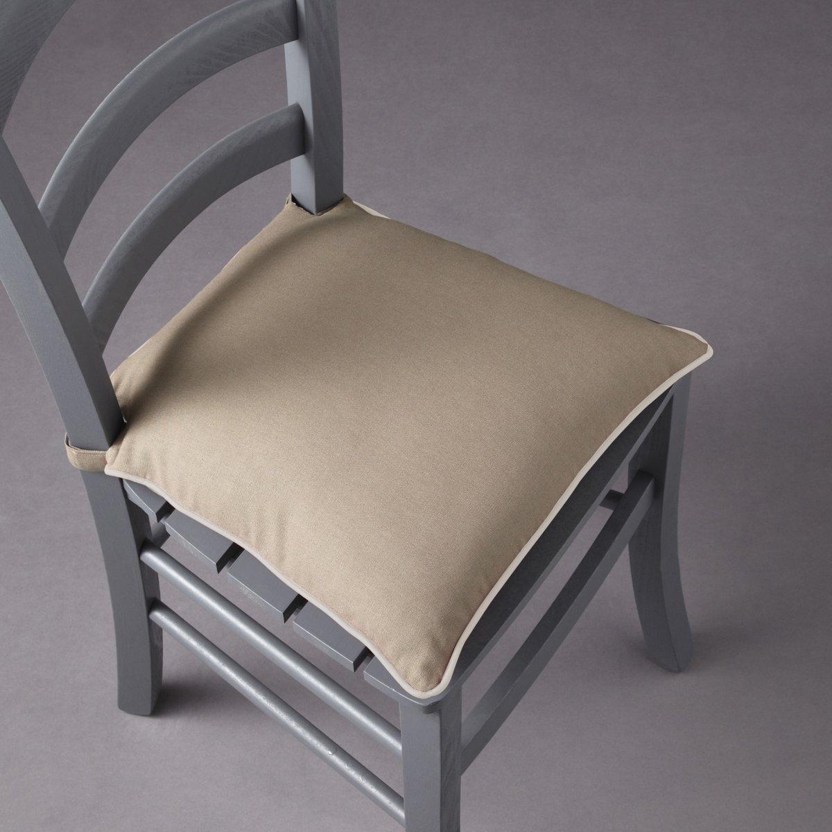 Подушка для стула, BRIDGYМягкая, удобная подушка для стула существует в 5 модных расцветках с контрастным кантом. Сочетается с другими чехлами этой коллекции для мебели: кресел, диванов, стульев и для декоративных подушек, которые украсят Ваш интерьер! Коллекция предметов декора Valeur S?re - качественные изделия с красивой отделкой. Существует 5 однотонных расцветок и 1 принт в полоску (не для всех моделей). Все чехлы для мебели: кресел, диванов, стульев и для декоративных подушек (продаются отдельно на нашем сайте) отлично сочетаются. Состав, описание и уход: - 100% хлопок, отделка контрастным кантом. - Наполнитель: 100% полиэстера. - Съемный чехол. - Стирать при 40°C.- Застежка текстильная (липучка). - Размеры: 40 x 40 см, толщина: 4 см.Сертификат Oeko-Tex® дает гарантию того, что товары изготовлены без применения химических средств и не представляют опасности для здоровья человека.<br><br>Цвет: серо-коричневый/серо-бежевый