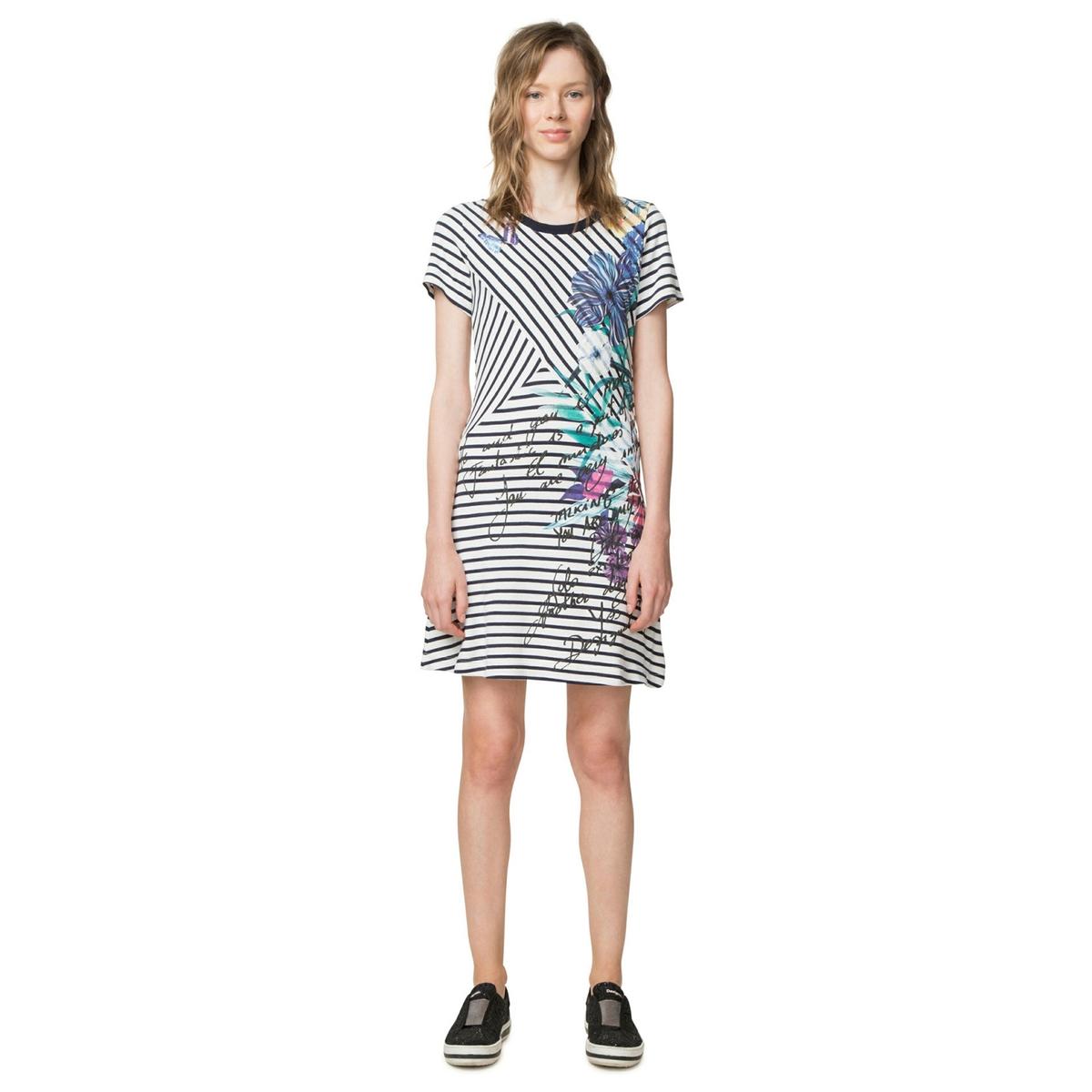 Платье прямого и короткого покроя с рисунком и короткими рукавами платье прямого покроя с короткими рукавами и рисунком