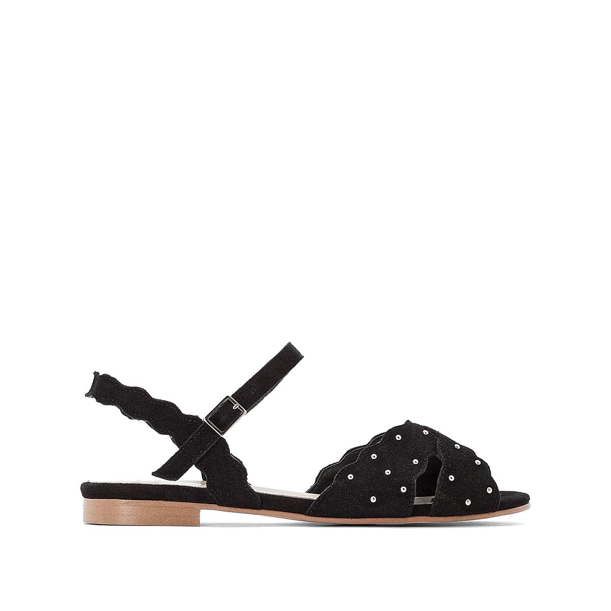 Sandalias planas con correa y detalles de tachuelas