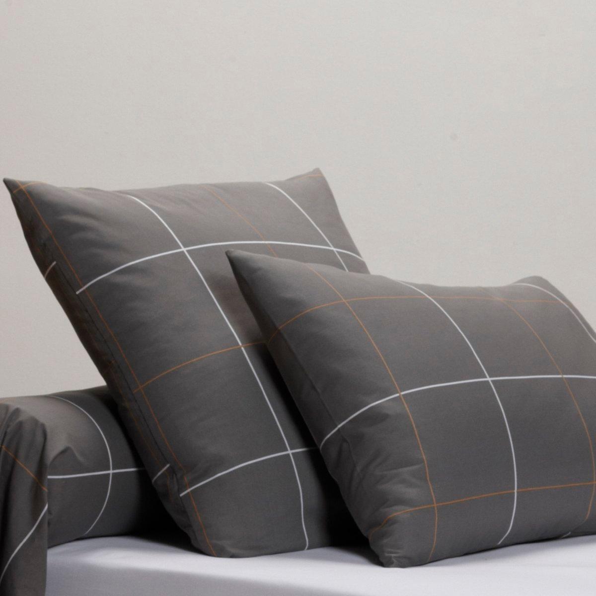 Наволочка и наволочка на подушку-валик KaroНаволочка и наволочка на подушку-валик Karo, 100% хлопок. Ультра мягкая, нежная и шелковистая ткань, которая обеспечит безупречный внешний вид и ощущение комфорта.  Характеристики навлочки или наволочки на подушку-валик Karo:Перкаль, 100% хлопок очень плотного переплетения (65 нитей/см?): чем больше нитей/см?, тем выше качество материала.Переплетение очень тонких нитей из длинных волокон прочесанного хлопка.Машинная стирка при 60°С.Легкая глажка.Откройте для себя всю коллекцию постельного белья из перкали на сайте laredoute.ru.Знак качества Oeko-Tex® гарантирует, что продукция прошла проверку и не содержит в своем составе вредных веществ, представляющих опасность для здоровья человека.Размеры:50 x 70 см: прямоугольная наволочка.63 x 63 см: квадратная наволочка.85 x 185 см: наволочка на подушку-валик.<br><br>Цвет: антрацит/темно-бежевый