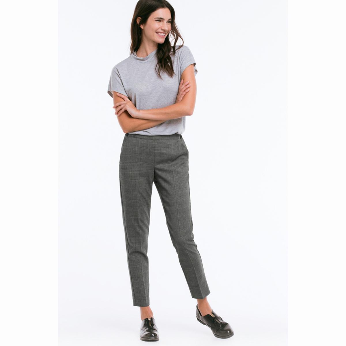 БрюкиСимпатичные брюки-дудочки, длина до щиколотки . Из красиво ниспадающей ткани, со складками и боковыми карманами . Стандартная высота талии без застежки . Широкая резинка сзади . Длина по внутр. шву ок.70 см. для всех размеров. Ширина по низу ок.32 см. 95 см для размера 38. 64% полиэстера, 34% вискозы, 2% эластана. Покрой: стандартный. Стирка при 40°.<br><br>Цвет: в клетку черный/ серый