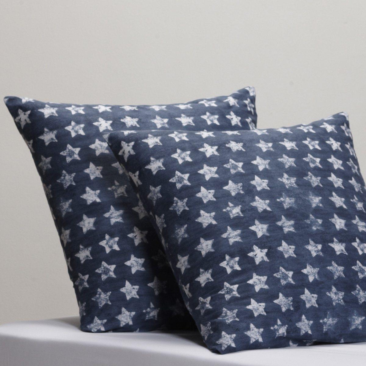 Наволочка Флаг СШАКачество Valeur S?re. Американская мечта… Белые звезды на синем фоне. 100% хлопка, 57 нитей/см?. Стирка при 60°. Квадратная или прямоугольная. Рисунок со звездами. Размер:  50 x 70 см : прямоуг. 63 x 63 см : квадрат.<br><br>Цвет: темно-синий/белый