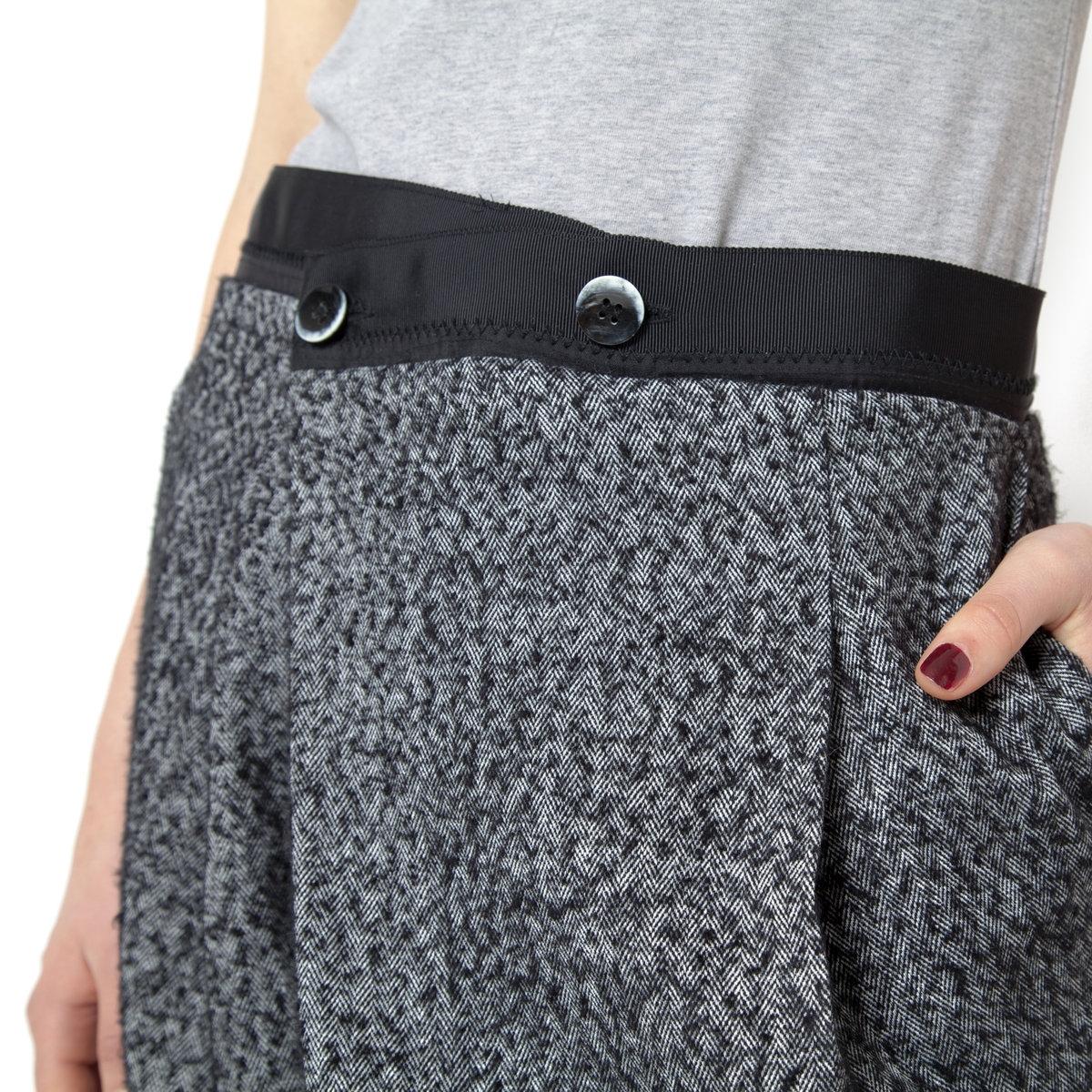БрюкиБрюки NOA NOA. 65% полиэстера, 35% шерсти. Застежка на пуговицы на поясе. 2 кармана с застежкой на пуговицы сзади.<br><br>Цвет: серый меланж<br>Размер: 38 (FR) - 44 (RUS)