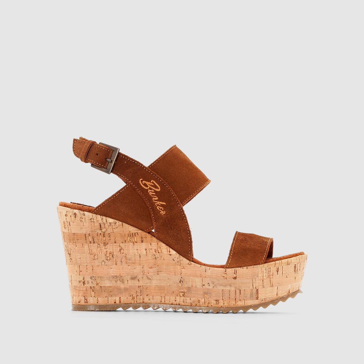 Les sandales BUNKERDessus : cuir suédé (vachette)/textileDoublure : cuirSemelle intérieure : cuirSemelle extérieure : liège et élstomèreHaut. de talon : 9,5 cmFermeture : bride à boucleLes + : la mode prend beaucoup de hauteur avec ces sandales néo-rétro