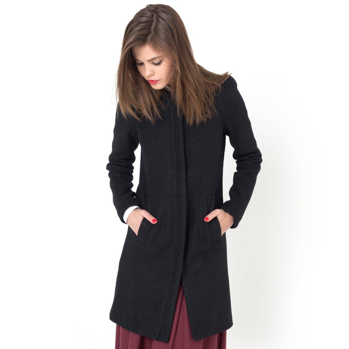 Пальто, 50% шерстиПальто, 50% полиэстера, 50% шерсти. Супатная застежка на молнию. Складки на плечах. 2 кармана. Подкладка из 100% полиэстера с рисунком бантики.Длина 90 см.<br><br>Цвет: черный<br>Размер: 40 (FR) - 46 (RUS)