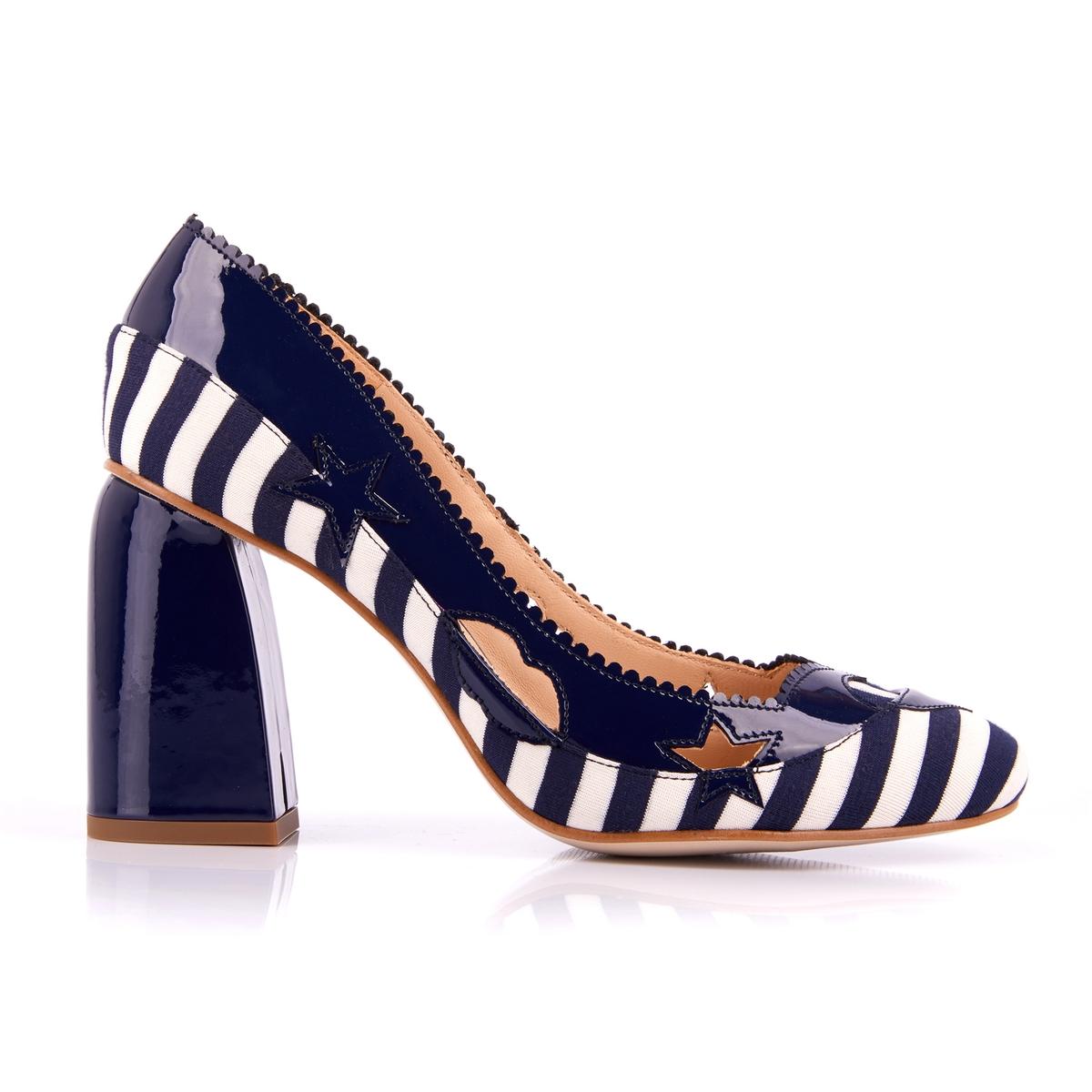 Sapatos envernizados com tacões largos
