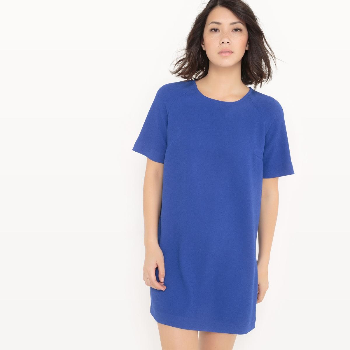 Платье-футляр с рельефным узором