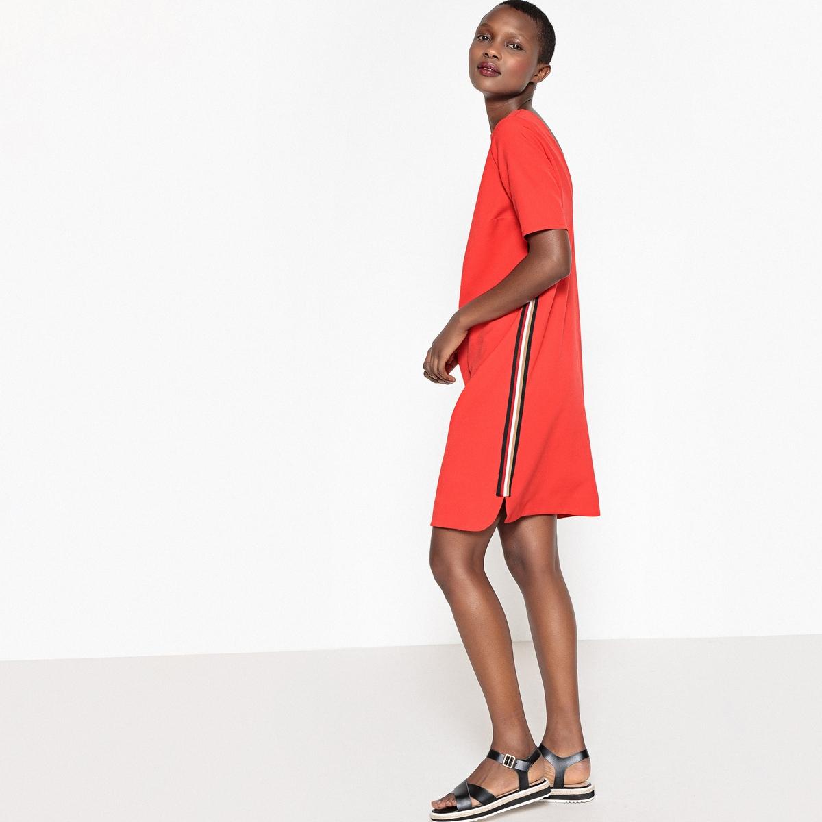 Платье в спортивном стиле прямого покроя с короткими рукавами
