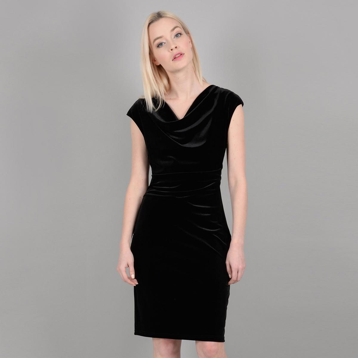 Платье облегающее короткое с короткими рукавами