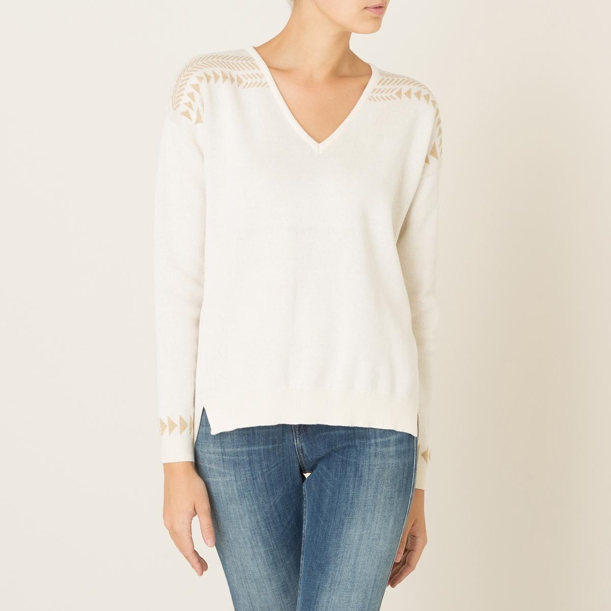 Пуловер MARSHALLПуловер BLUNE - модель MARSHALL, асимметричный пуловер с рисунком золотистого цвета. V-образный вырез с краями в рубчик. Приспущенные плечи, длинные рукава, края рукавов связаны в рубчик. Жаккардовый рисунок золотистого цвета на плечах, по бокам и на манжетах. Асимметричный низ, сзади немного длиннее, разрезы по бокам. Состав и описание Материал : трикотаж радужной расцветки 100% хлопокМарка : BLUNE<br><br>Цвет: экрю