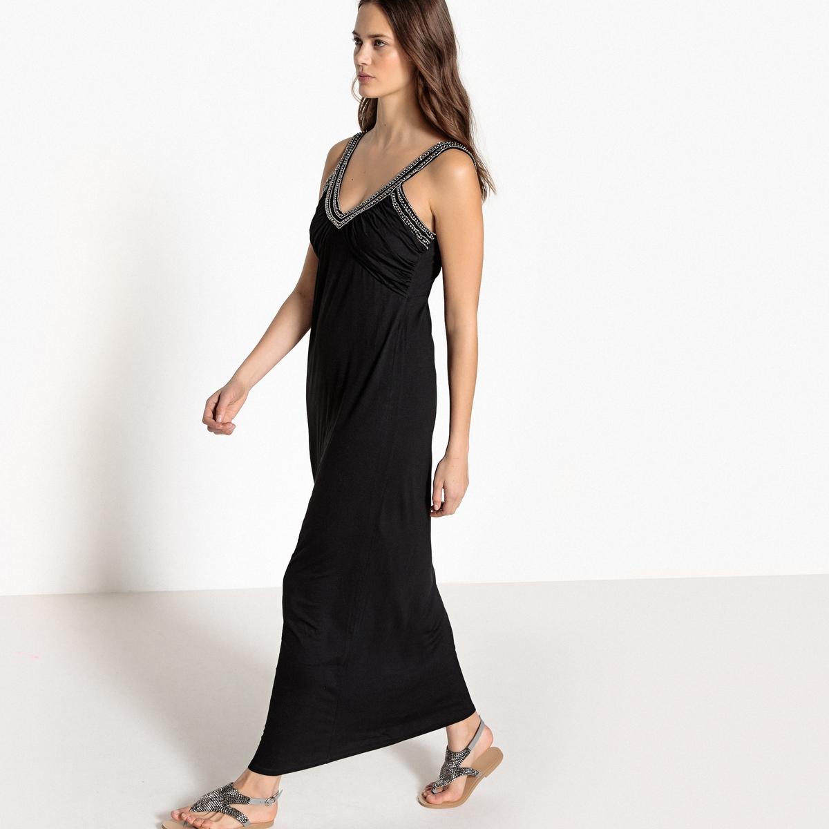 Платье длинное с украшением на вырезе и бретелях