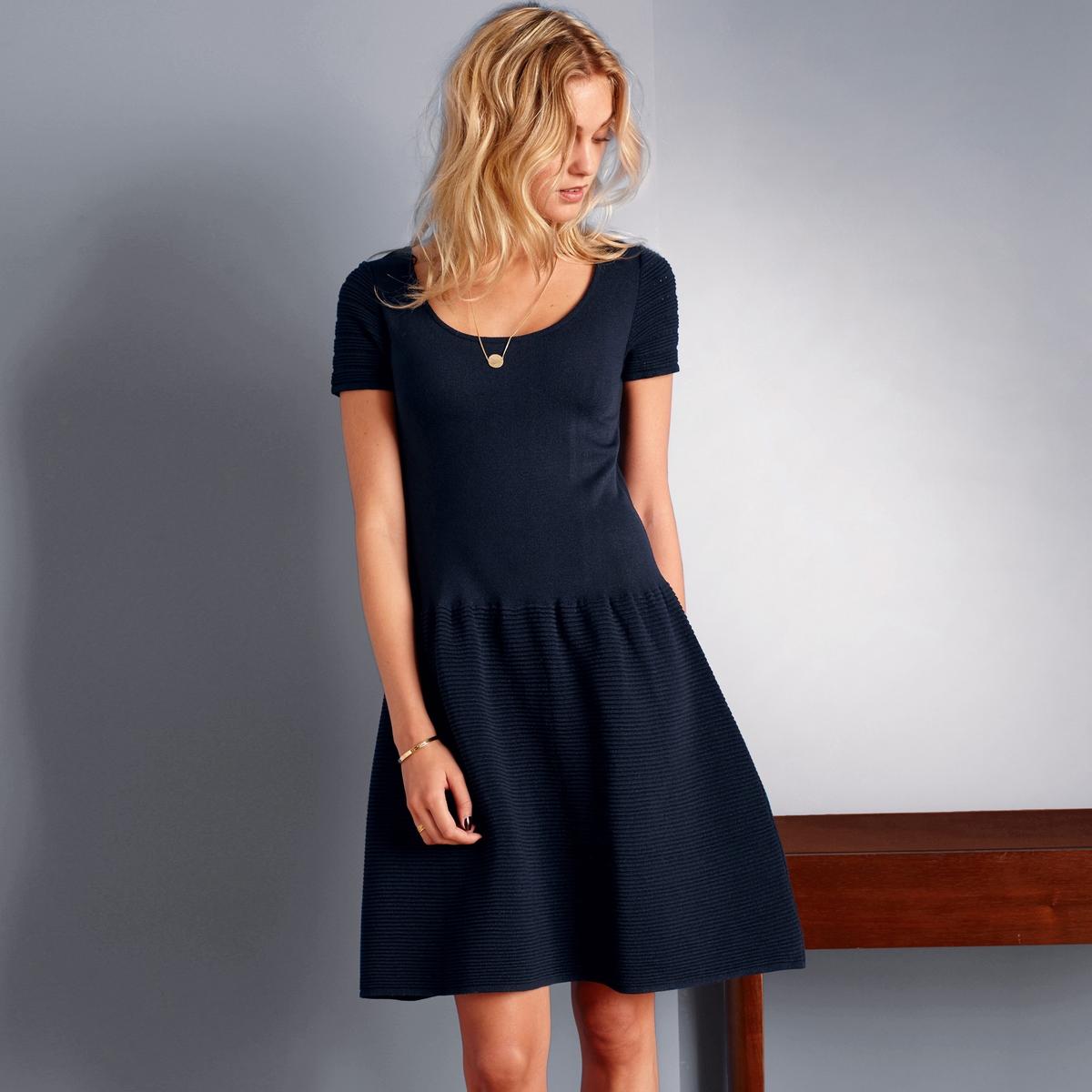 Платье из трикотажаПлатье из трикотажа 97% акрила, 3% эластана. Короткие рукава, закруглённый вырез. Баска с вытачками. Длина 88 см.<br><br>Цвет: синий морской