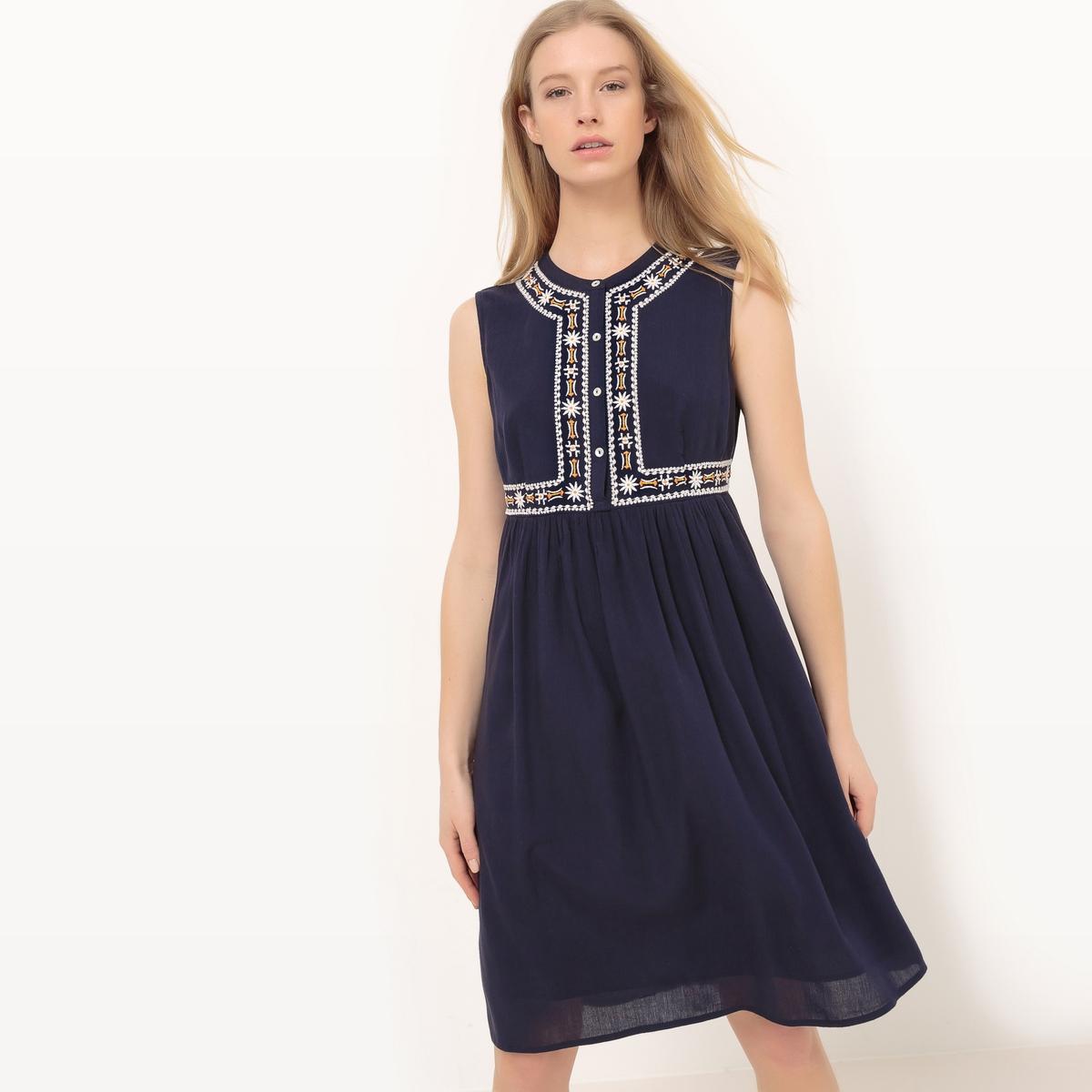 Платье однотонное средней длины, расширяющееся к низу