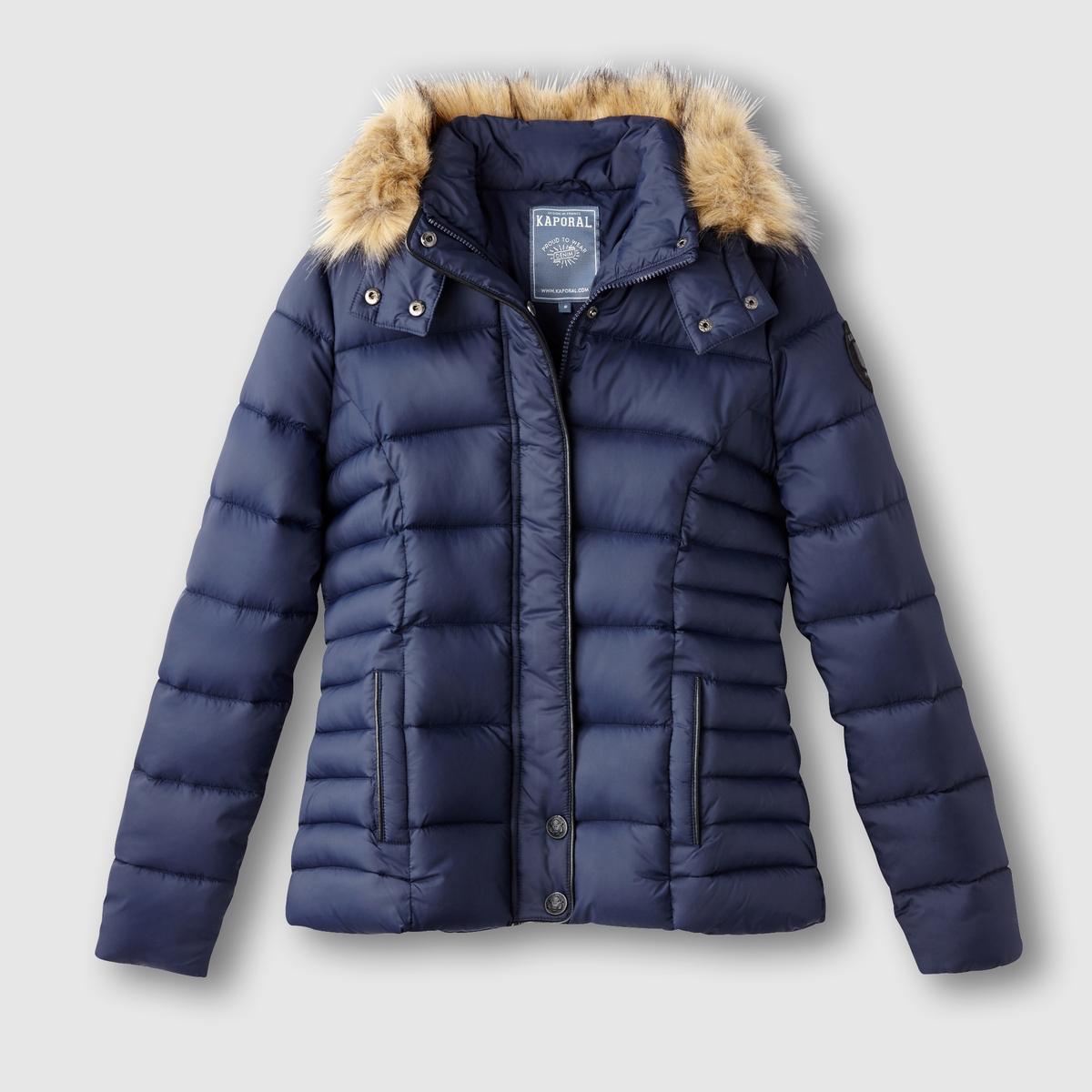 Куртка стёганая с капюшоном MINKOСтёганая куртка с капюшоном MINKO от KAPORAL. Застежка на молнию и пуговицу. 2 кармана с застежкой на молнию. Съёмный капюшон оторочен искусственным мехом.              Состав и описание       Материалы:     100% полиэстераМарка      KAPORAL<br><br>Цвет: темно-синий<br>Размер: L