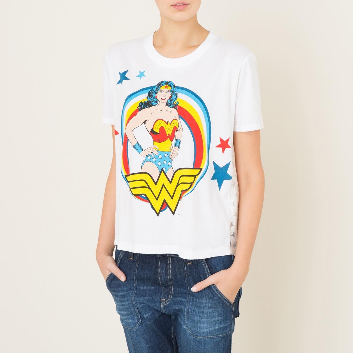 Футболка WONDERФутболка укороченная PAUL AND JOE SISTER - модель WONDER с надписью Wonder Woman и рисунком звезды сзади. Круглый вырез. Короткие рукава. Рисунок спереди. Спинка из ткани с вытравленным рисунком звезды. Отрезная деталь со сборками сзади. Состав и описание    Материал : джерси, 100% хлопок.   Спинка: 81% вискозы, 19% полиамидаМарка : PAUL AND JOE SISTER<br><br>Цвет: белый