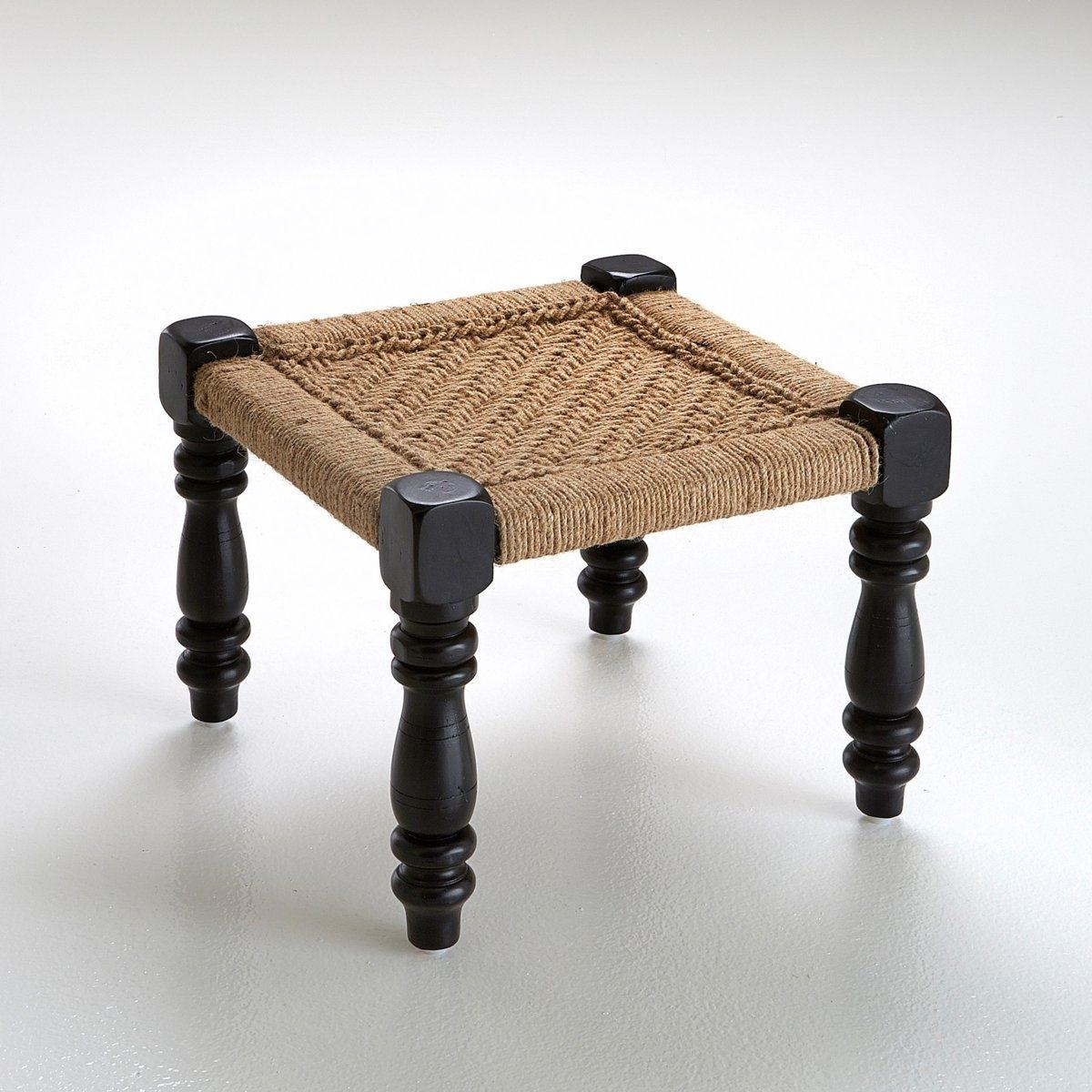 Табурет в индийском стиле, AdasТабурет в индийском стиле, Adas, из дерева и бечевки. Массивный и прочный, табурет Adas внушает ощущение силы и устойчивости: сиденье из натуральной и очень прочной  бечевки, ножки из древесины мангового дерева. Сделано в Индии.Описание табурета в индийском стиле, Adas:Ножки с лепным орнаментомЦвет черный/экрю.                                                                                                             Характеристики табурета в индийском стиле, Adas:Ножки из древесины мангового дерева с покрытием матовой краской.Сиденье из плетеной бечевки.                                                                                                                                                                                                                          Другие предметы мебели и декора из коллекции Adas на сайте laredoute. ru                                                      Размеры табурета в индийском стиле, Adas :Ширина: 30 см.Высота: 30 см.Глубина: 30 см.<br><br>Цвет: серо-бежевый
