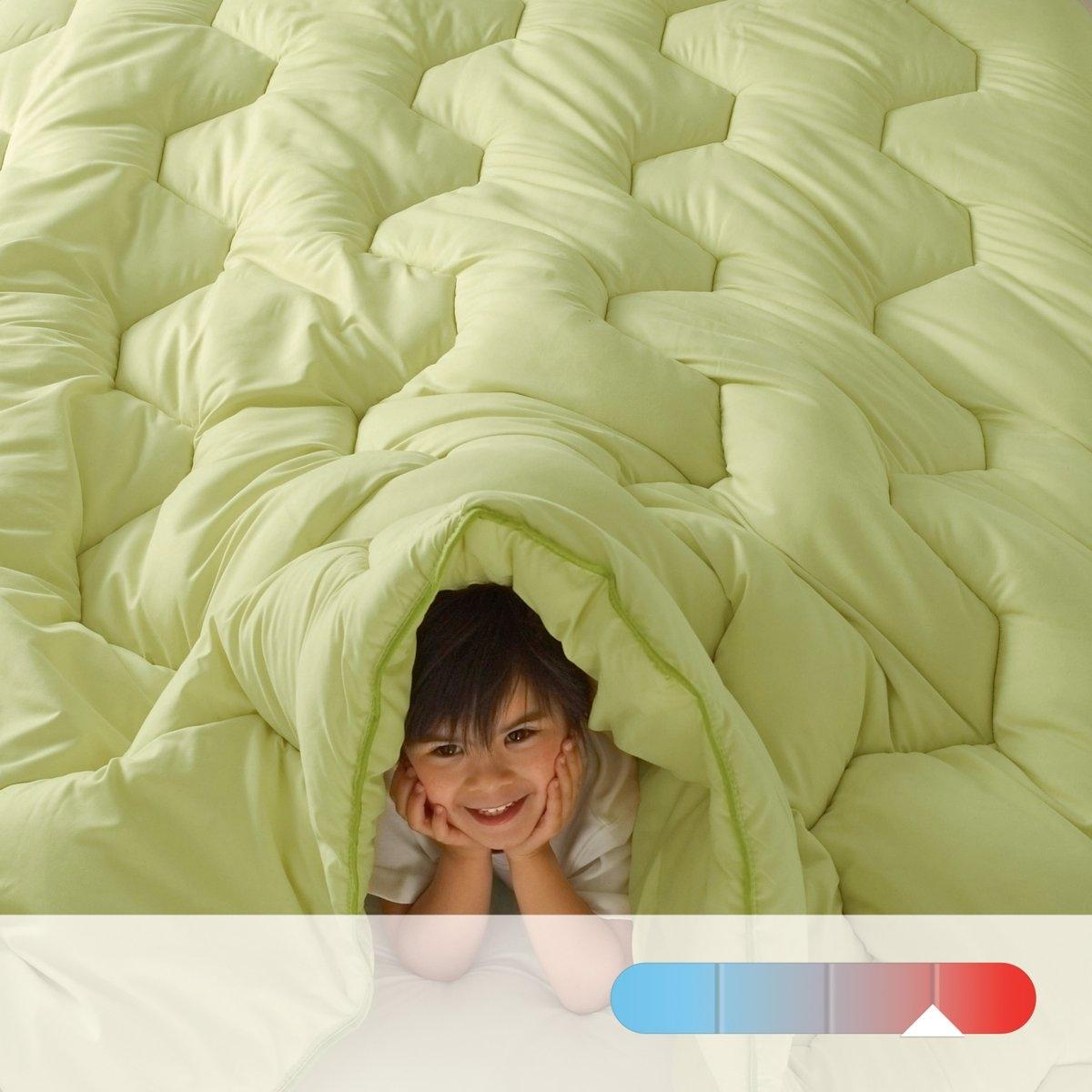 Одеяло COLOR 100% полиэстера, 500 гм?Описание:Одеяло R?verie Color: можно использовать без пододеяльника!500 г/м2   : теплое одеяло для прохладных помещений (15-16 ° максимум.Наполнитель: 100% полиэстера с полыми волокнами и силиконовым покрытием.   Прострочка шестиугольниками в тон, отделка кантом, укрепленная двойная строчка по краю.   Покрытие из трикотажа 50% полиэстера, 50% хлопка с покрытием Teflon (против пятен).   Отделка контрастным кантом.   Стирка при 60°.   Поставляется в транспортировочном чехле.<br><br>Цвет: зеленый анис,фиалковый,шоколадно-каштановый<br>Размер: 240 x 220  см.200 x 200  см.200 x 200  см