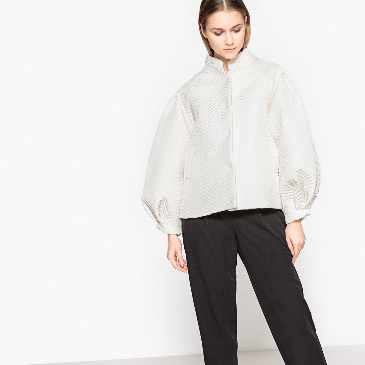 Куртка женская оверсайз с напускными рукавамиНеординарная куртка с оригинальным покроем . Очень красивый объем и напускные рукава. Идеальна для межсезонья .Детали •  Длина : укороченная •  Воротник-стойка •  Застежка на кнопкиСостав и уход •  12% полиамида, 88% полиэстера •  Подкладка : 100% полиэстер •  Температура стирки 30° •  Деликатная чистка/без отбеливателей • Барабанная сушка на деликатном режиме   •  Не гладить •  Длина : 62 см<br><br>Цвет: слоновая кость<br>Размер: 34 (FR) - 40 (RUS).38 (FR) - 44 (RUS).36 (FR) - 42 (RUS)