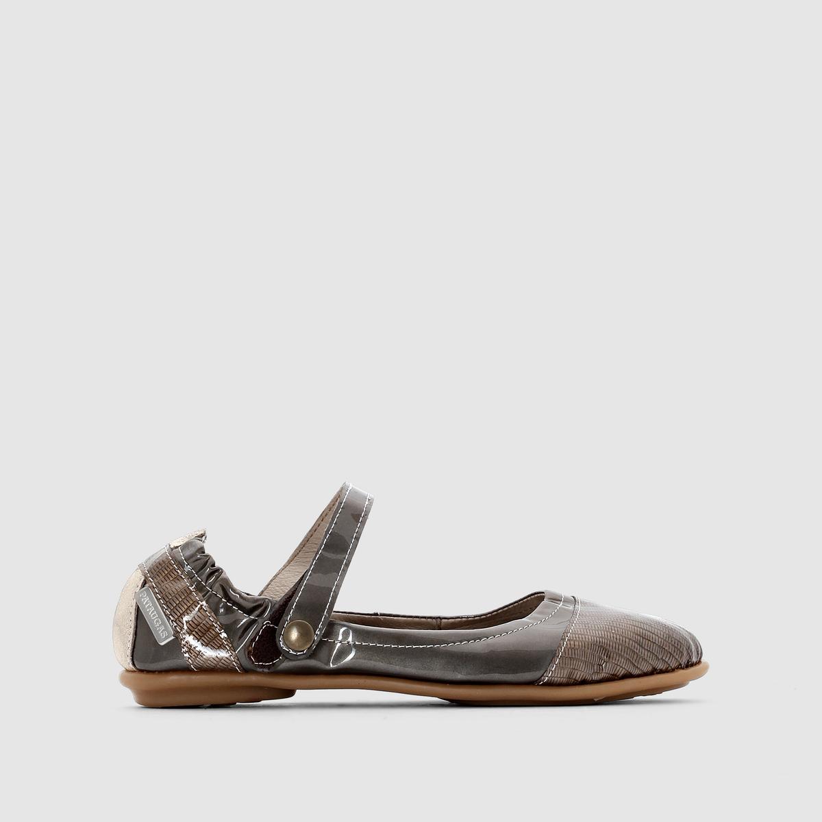 Балетки PATAUGAS SMOOTHБалетки из кожи на ремешке, SMOOTH от PATAUGAS .Верх : телячья кожа   Подкладка : кожа Стелька : кожа  Подошва : резина Застежка   : ремешки.  Культовая марка для любителей прогулок 50-х Pataugas создает сегодня для нас оригинальную обувь . Хороший тому пример, эти симпатичные балетки, созданные для легкой ходьбы в красивых городах   !<br><br>Цвет: серо-коричневый лак<br>Размер: 40
