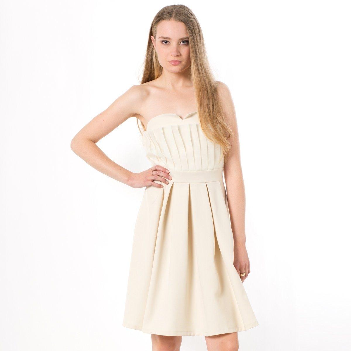 Платье-бюстьеПлатье-бюстье MOLLY BRACKEN. Настоящее украшение, это платье подчеркивает линию плеч и декольте! Изысканный и оригинальный покрой для элегантного образа! Платье-бюстье. V-образный вырез спереди. Плиссированная вставка спереди вверху. Эластичный сзади вырез. Вставка на поясе. Юбка со встречными складками под поясом спереди и сзади. Скрытая застежка сзади. Состав ткани: 100% полиэстера.<br><br>Цвет: экрю