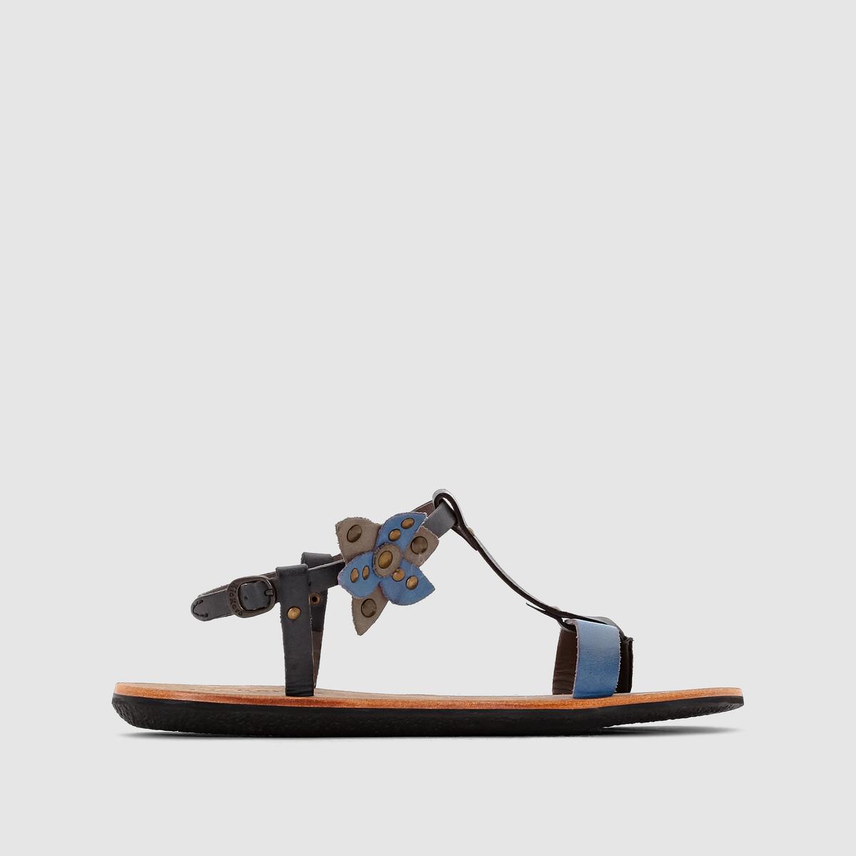 Сандалии кожаные на низком каблуке SpartflowerСандалии на низком каблуке  KICKERS, модель Spartflower. Верх: 100% кожи.Подкладка: 100% кожи.Стелька: 100% кожи.Подошва: 100% каучука.Застежка: ремешок с пряжкой на щиколотке.Высота каблука: 6 см.Высота каблука: 1,5 см.Минималистичный дизайн и декорированный кожаным цветком ремешок... Очаровательные и удобные кожаные сандалии, которые будут органично дополнять ваш летний гардероб!<br><br>Цвет: черный/ синий<br>Размер: 39