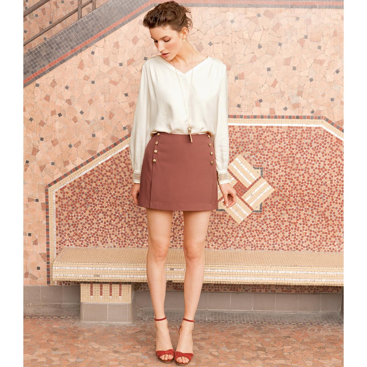 Юбка короткаяКороткая юбка. 93% полиэстера, 7% эластана. Прямой покрой. Декоративные пуговицы спереди. Скрытая застежка на молнию сзади. Длина 39 см.<br><br>Цвет: кирпичный