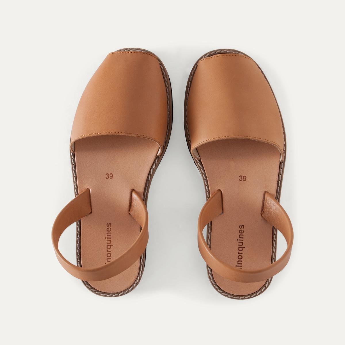Босоножки кожаныеОписание:Детали  •  Широкий каблук •  Застежка : без застежки •  Открытый мысокСостав и уход  •  Верх 100% кожа •  Подошва 100% ЭВА<br><br>Цвет: серо-бежевый,черный