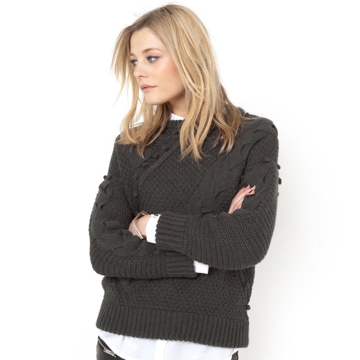 Пуловер, 15% шерстиПуловер из трикотажа, 75% акрила, 15% шерсти, 10% альпаки.   Узор косы, ажурные детали, декоративные помпоны спереди и на рукавах.   Края рукавов и низа связаны в рубчик. Длина 62 см.Женственная модель из мягкого и теплого трикотажа!<br><br>Цвет: хаки<br>Размер: 38/40 (FR) - 44/46 (RUS)
