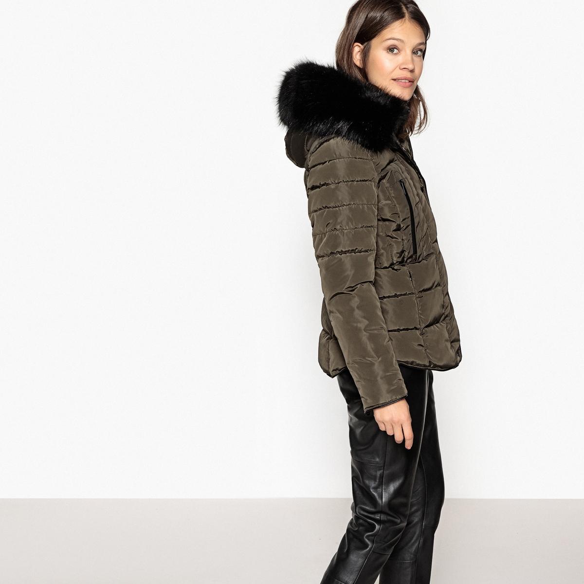 Куртка стеганая короткая с капюшономОписание:Короткая и теплая стеганая куртка OR60H17 MOLLY BRACKEN. Капюшон со съемным искусственным мехом. Стоячий воротник отлично защищает от холода . Карманы на молнии.Детали •  Длина  : укороченная •  Воротник-стойка •  Застежка на молнию •  С капюшономСостав и уход •  100% полиэстер •  Следуйте советам по уходу, указанным на этикетке<br><br>Цвет: хаки<br>Размер: S