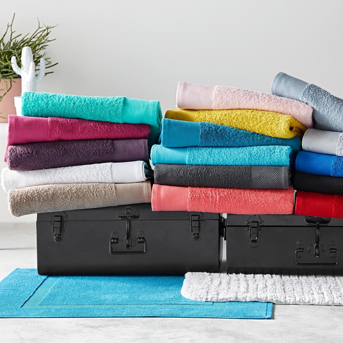Комплект из 4 гостевых полотенец 500 г/м?Комплект из 4 гостевых полотенец из махровой ткани, 100% хлопок (500 г/м?), невероятно нежной, мягкой и отлично впитывающей влагу.Полотенца разных цветов для ванной...Характеристики 4 однотонных гостевых полотенец :- Махровая ткань, 100% хлопок (500 г/м?).- Отделка краев диагонали.- Машинная стирка при 60 °С.- Машинная сушка.- Замечательная износоустойчивость, сохраняет мягкость и яркость окраски после многочисленных стирок.- Размеры полотенца : 40 x 40 см.- В комплекте 4 полотенца. Знак Oeko-Tex® гарантирует, что товары протестированы и сертифицированы, не содержат вредных веществ, которые могли бы нанести вред здоровью.<br><br>Цвет: красный карминный,светло-розовый,серо-бежевый,сине-зеленый,синий морской волны,темно-серый,черный<br>Размер: 40 x 40  см