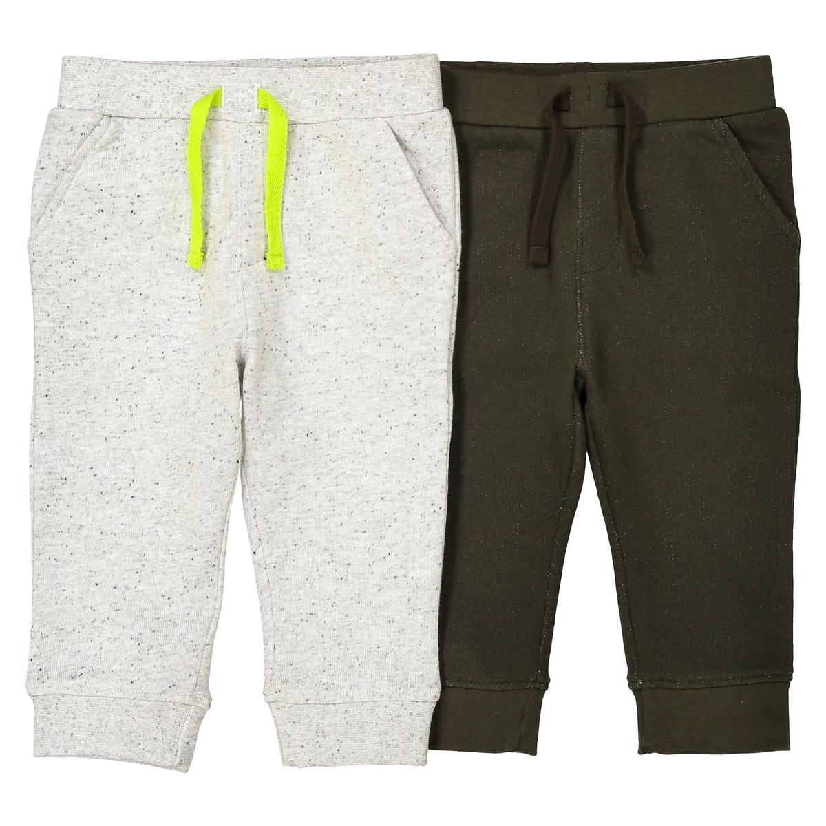 2 спортивных брюк - 1 мес. - 3 годаОписание:Детали •  Спортивные брюки •  Стандартная высота пояса •  Эластичный поясСостав и уход •  75% хлопка, 25% полиэстера •  Вторичный материал : 85% хлопка, 15% полиэстера •  Дополнительный материал 2 : 95% хлопка, 5% эластана •  Стирать при 40° •  Сухая чистка и отбеливание запрещены • Барабанная сушка на умеренном режиме •  Низкая температура глажки<br><br>Цвет: хаки + темно-серый