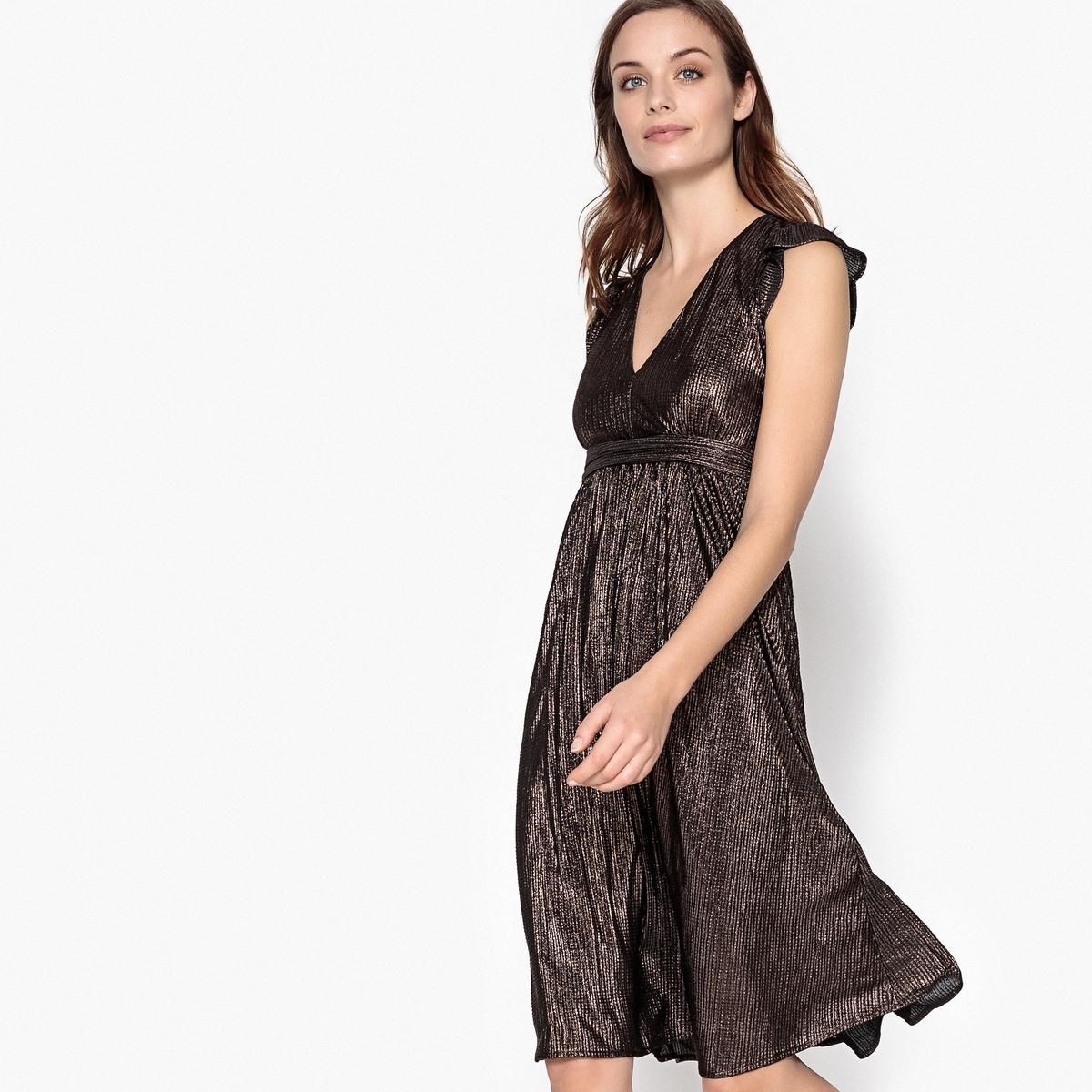 Платье блестящее средней длины с глубоким вырезом спереди