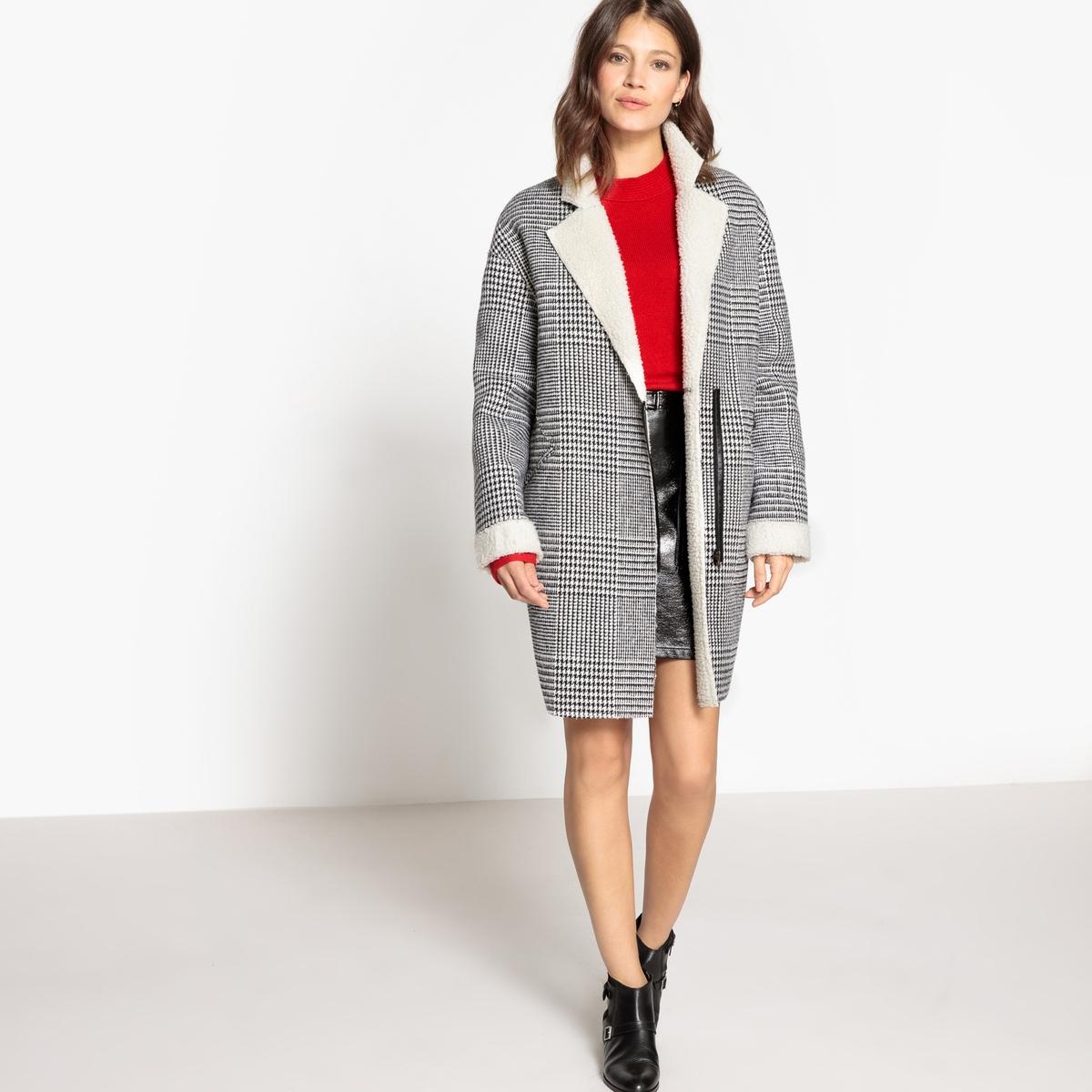 Пальто в клетку на подкладкеОписание:Мягкое женское пальто в клетку на подкладке из искусственного меха под мутон . V-образный вырез с небольшой застежкой на молнию . 2 прорезных кармана + 1 карман на молнии .Детали •  Длина : средняя •   V-образный вырез •  Рисунок в клетку •  Застежка на молниюСостав и уход •  12% шерсти, 15% акрила, 3% других волокон, 3% полиамида •  Следуйте рекомендациям по уходу, указанным на этикетке изделия •  Длина : 91,5 см<br><br>Цвет: в клетку черный/ белый