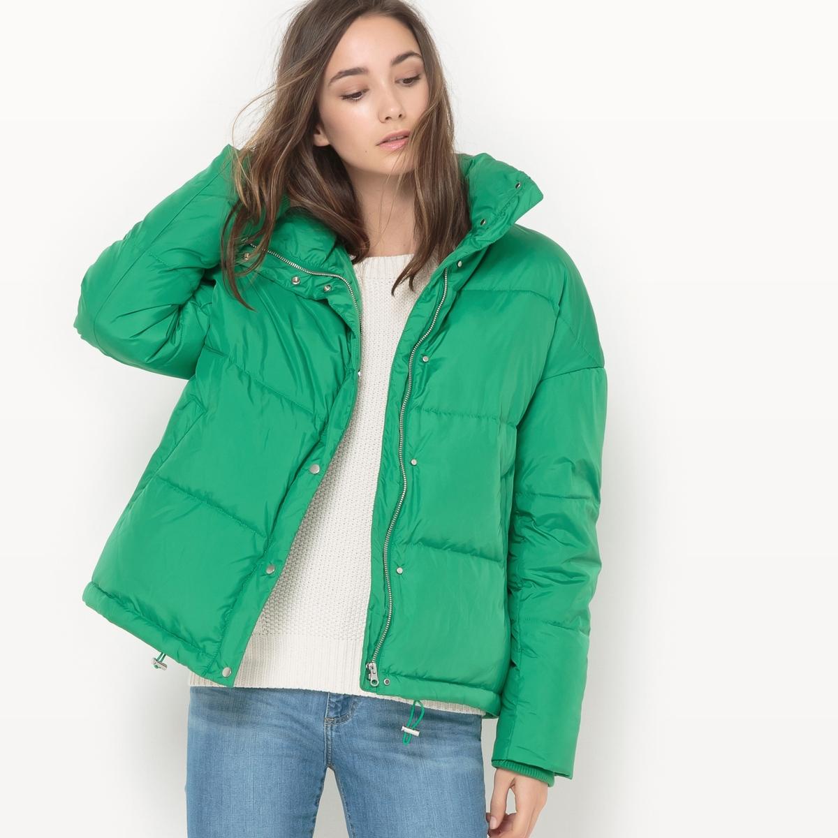 Куртка стеганая оверсайзСтеганая куртка. Покрой оверсайз. Капюшон. Застежка на молнию. 2 кармана по бокам. Состав и описание Материал верха : 100% полиэстер - Подкладка 100% полиэстерНаполнитель : 70% пуха, 30% пераДлина : 64 смМарка : R essentielУходМашинная стирка при 30 °C Машинная сушка запрещенаНе гладить<br><br>Цвет: зеленый<br>Размер: 42 (FR) - 48 (RUS).40 (FR) - 46 (RUS).38 (FR) - 44 (RUS)