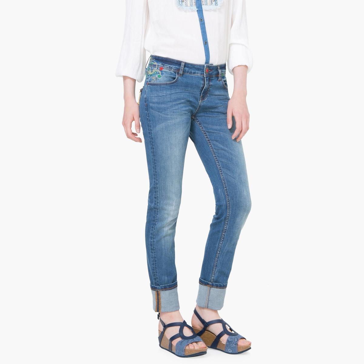 Джинсы зауженные с эффектом потертостиМатериал: 89% хлопка, 1% эластана, 10% полиэстера. Высота пояса: стандартная.Покрой джинсов: узкие джинсы.Длина джинсов: длина 32.<br><br>Цвет: голубой<br>Размер: 27 (US) - 42/44 (RUS)