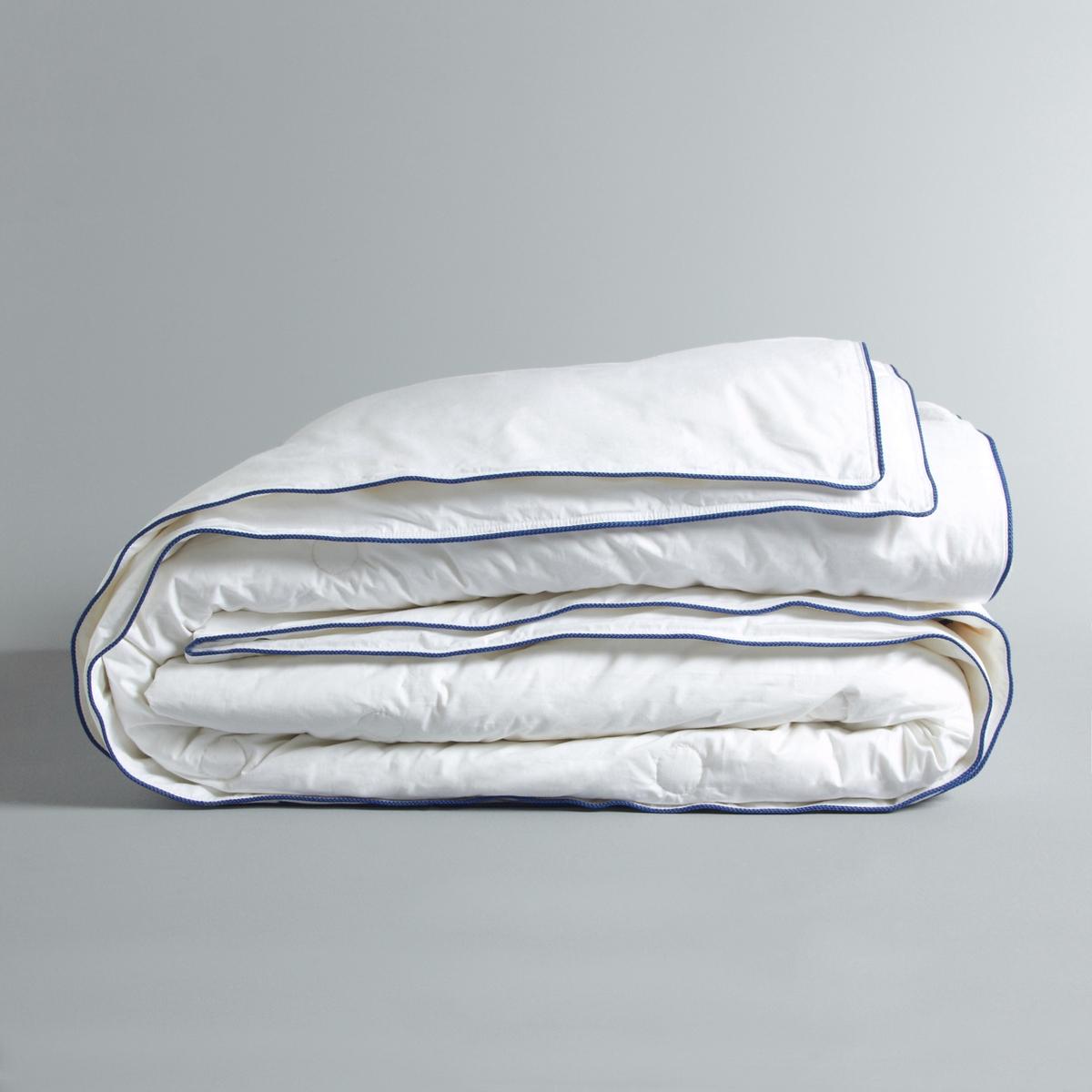 Одеяло Galaad с шелковым наполнителем плотностью 300 г/м?Одеяло Galaad с шелковым наполнителем. Комфортное и теплое очень тонкое одеяло, обеспечивающее тепло зимой и прохладу летом, что позволяет использовать его круглый год. Комфорт : Мягкий и нежный шелк гарантирует вам здоровый сон, поскольку шелк по своей природе обладает гипоаллергенным, противоклещевым и антибактериальным свойством.Наполнитель :- Шелковые волокна плотностью 300 г/м?. Чехол :- Очень мягкая и элегантная перкаль, 100% хлопка. - Контрастный кант по краю.Уход : - Рекомендована сухая чистка.<br><br>Цвет: белый<br>Размер: 200 x 200  см