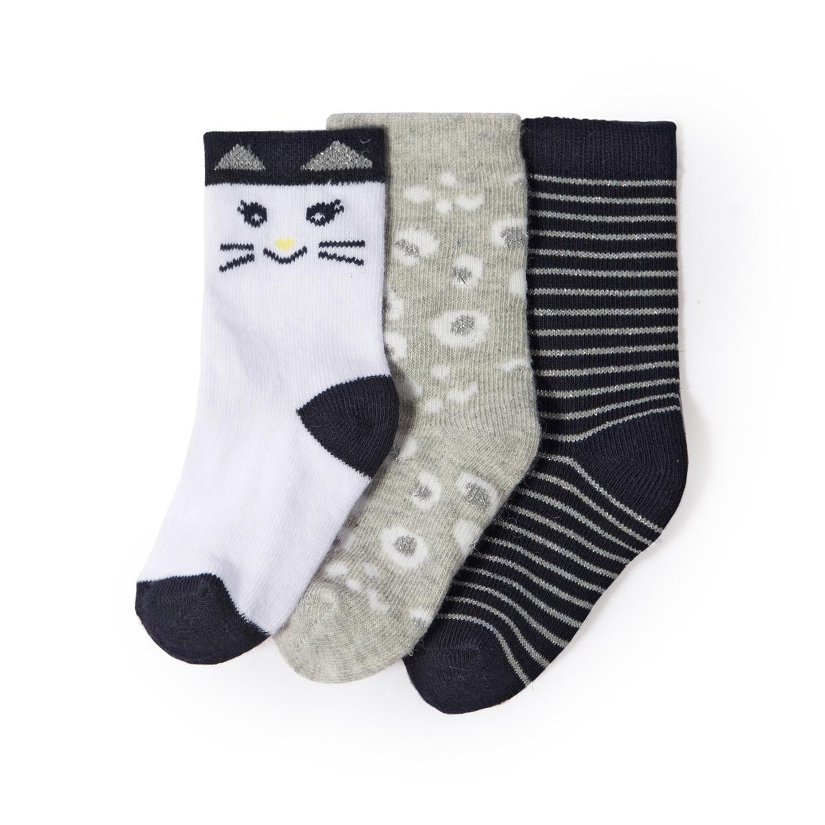 3 пары носков с рисунком кошка 1 мес - 3 лет3 пары носков : 1 пара с рисунком кошка + 1 в серебристую полоску + 1 пара с леопардовым принтом .Состав и описание :   Материал         65% хлопка, 18% полиамида, 13% эластана, 2% полиэстера, 2% металлизированных волокон   Уход : Машинная стирка при 30 °C с вещами схожих цветов. Стирать, предварительно вывернув наизнанку. Машинная сушка запрещена. Не гладить.<br><br>Цвет: темно-синий + серый + экрю<br>Размер: 15/18.23/26.19/22