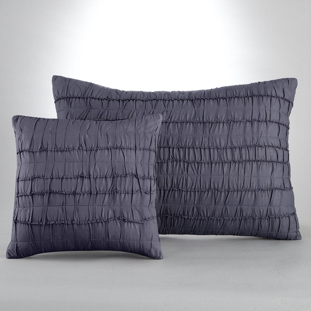 Чехол для подушки МеннаЭффект плиссировки.Характеристики:100 % хлопка (200 г/м?), 1 сторона с плиссировкой, 1 гладкая однотонная сторона, 100% хлопка. Застежка на скрытую молнию. Стирка при 40°<br><br>Цвет: серый,сине-серый<br>Размер: 40 x 40  см