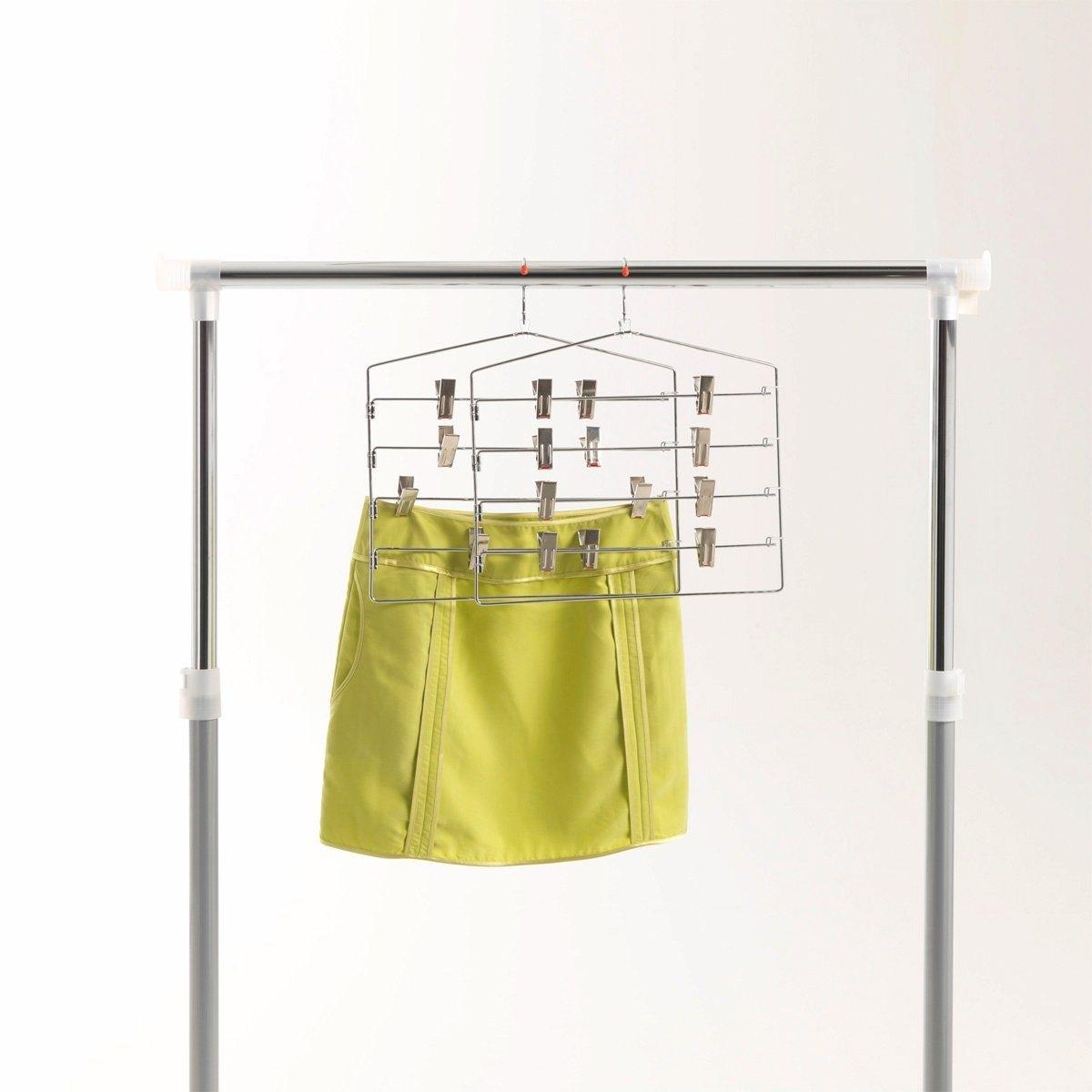 2 вешалки для 4 юбок.Экономит пространство в вашем шкафу: 4 юбки висят на одной вешалке! Описание вешалки для 4 юбок: - 4 планки 8 крючками-фиксаторами.- Хромированный металл.Размеры:- Длина 35 x Высота 38,5 x Ширина 2,8 см.<br><br>Цвет: серый серебристый
